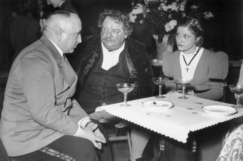 File:Bundesarchiv Bild 183-R1213-0502, Gastspiel des Berliner Schiller-Theaters im besetzten Frankreich.jpg