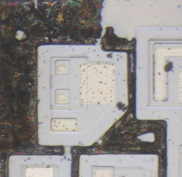 Die photo of double emitter NPN transistor from a Signetics 54S00 chip after delayering.