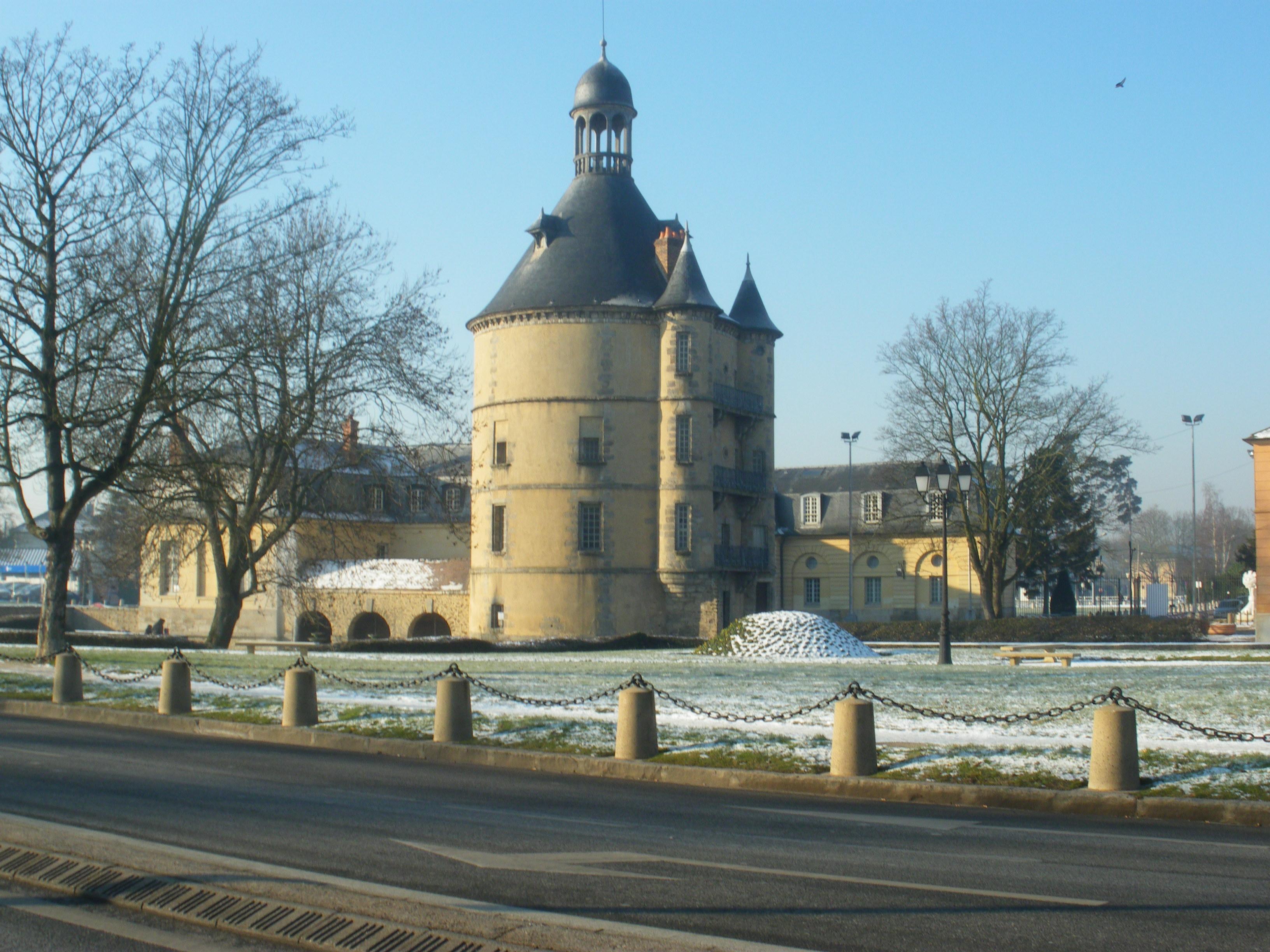 FileDonjon Sainte Geneviève des Boisjpg  Wikimedia Commons ~ Commissariat Sainte Genevieve Des Bois