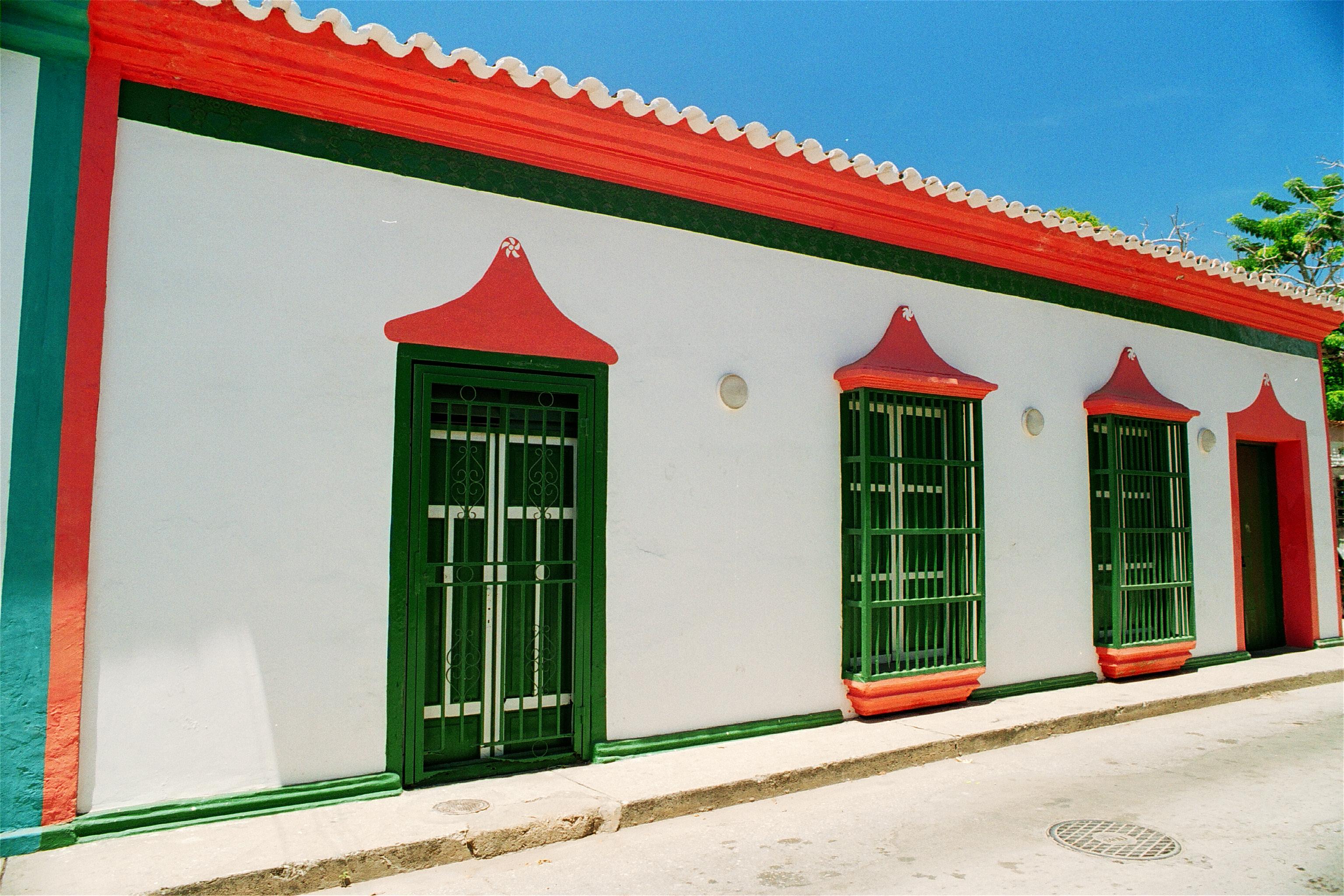File fachada de casas margarite as 16 jpg wikimedia - Fachadas casas de pueblo ...