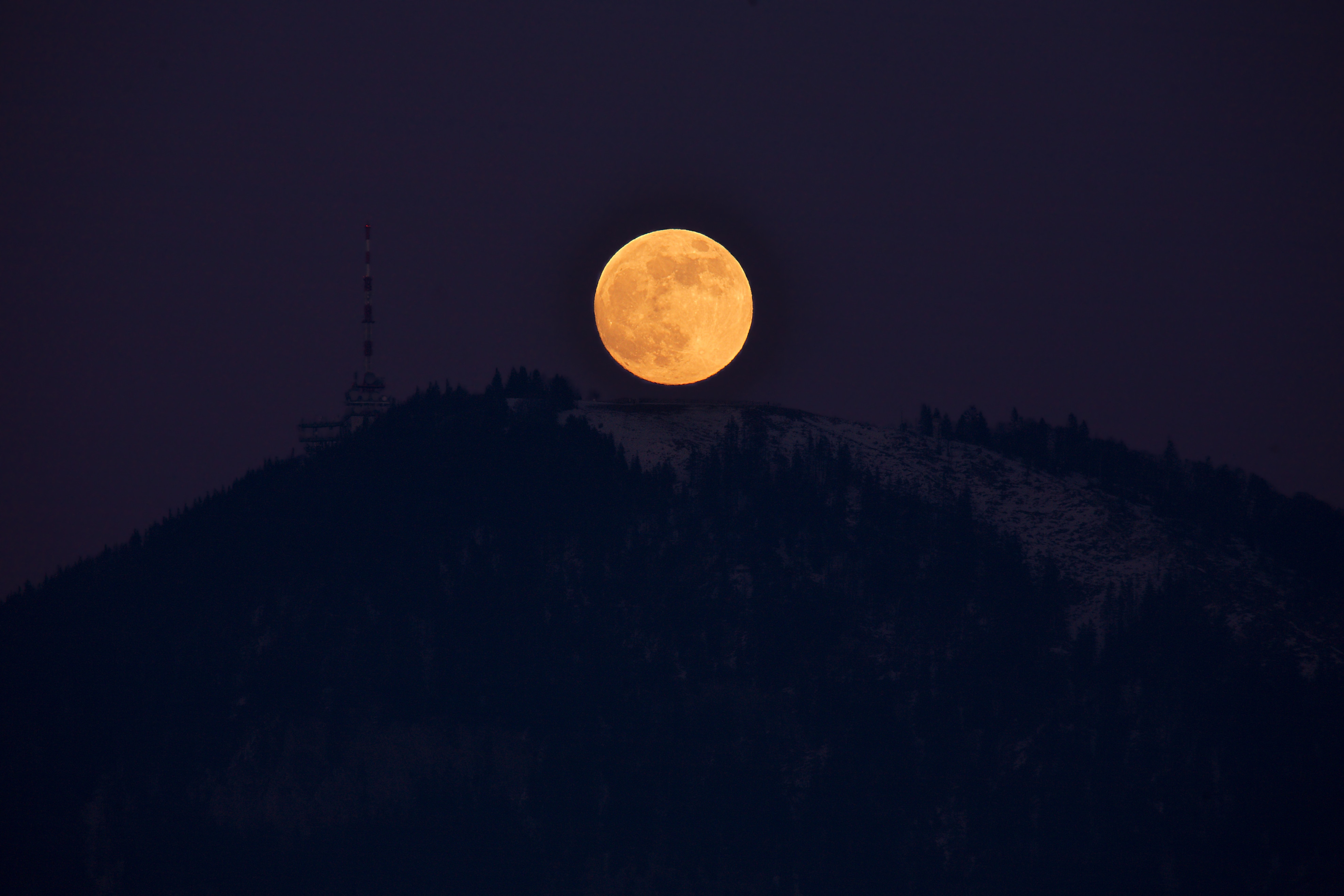 Description Gaisberg and rising full moon.jpg
