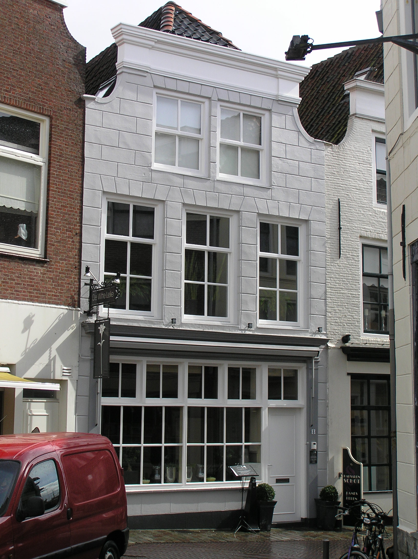 Huis met gepleisterde ingezwenkte lijstgevel in lijst for Lijst inrichting huis