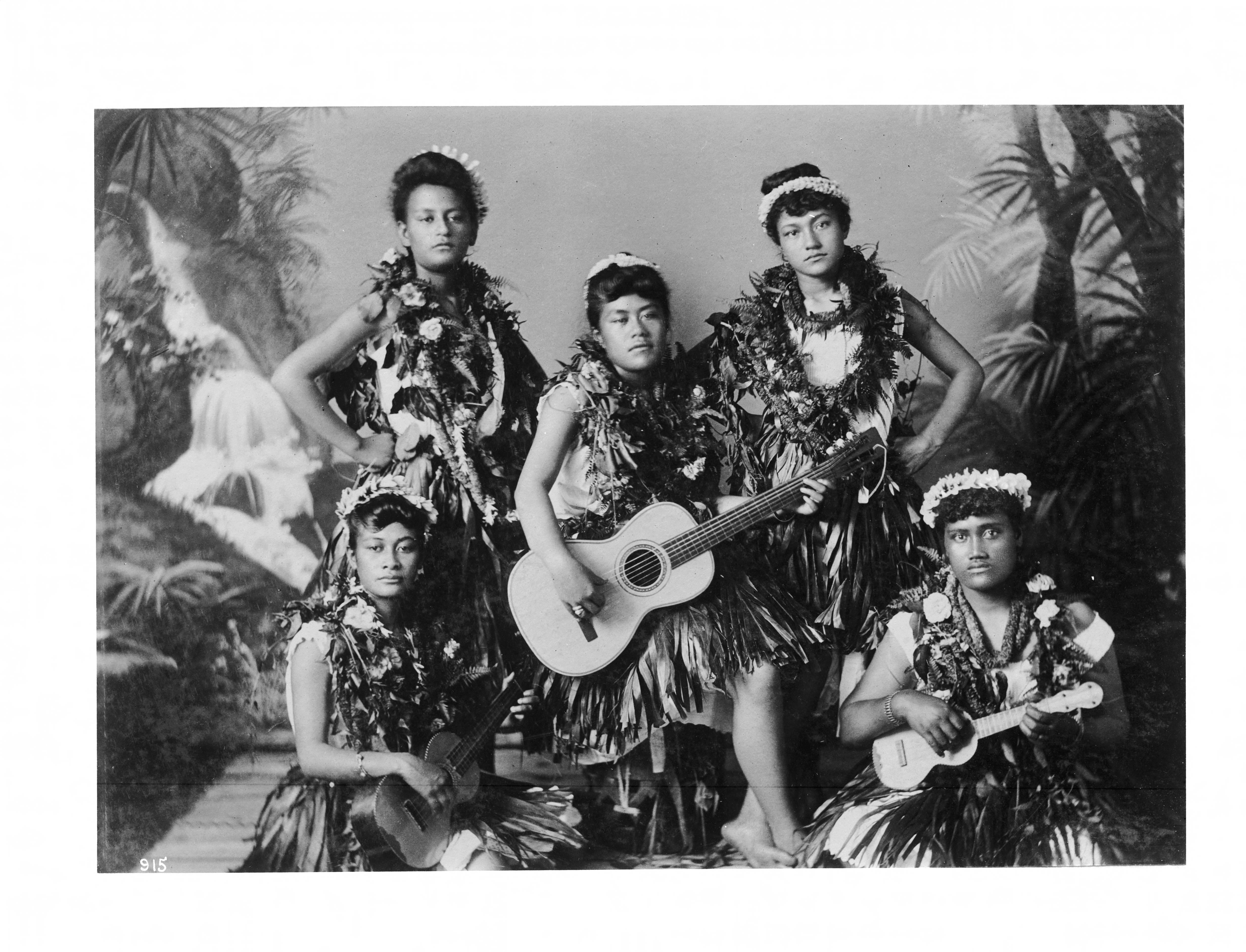 cinq musiciennes et danseuses hawaïennes