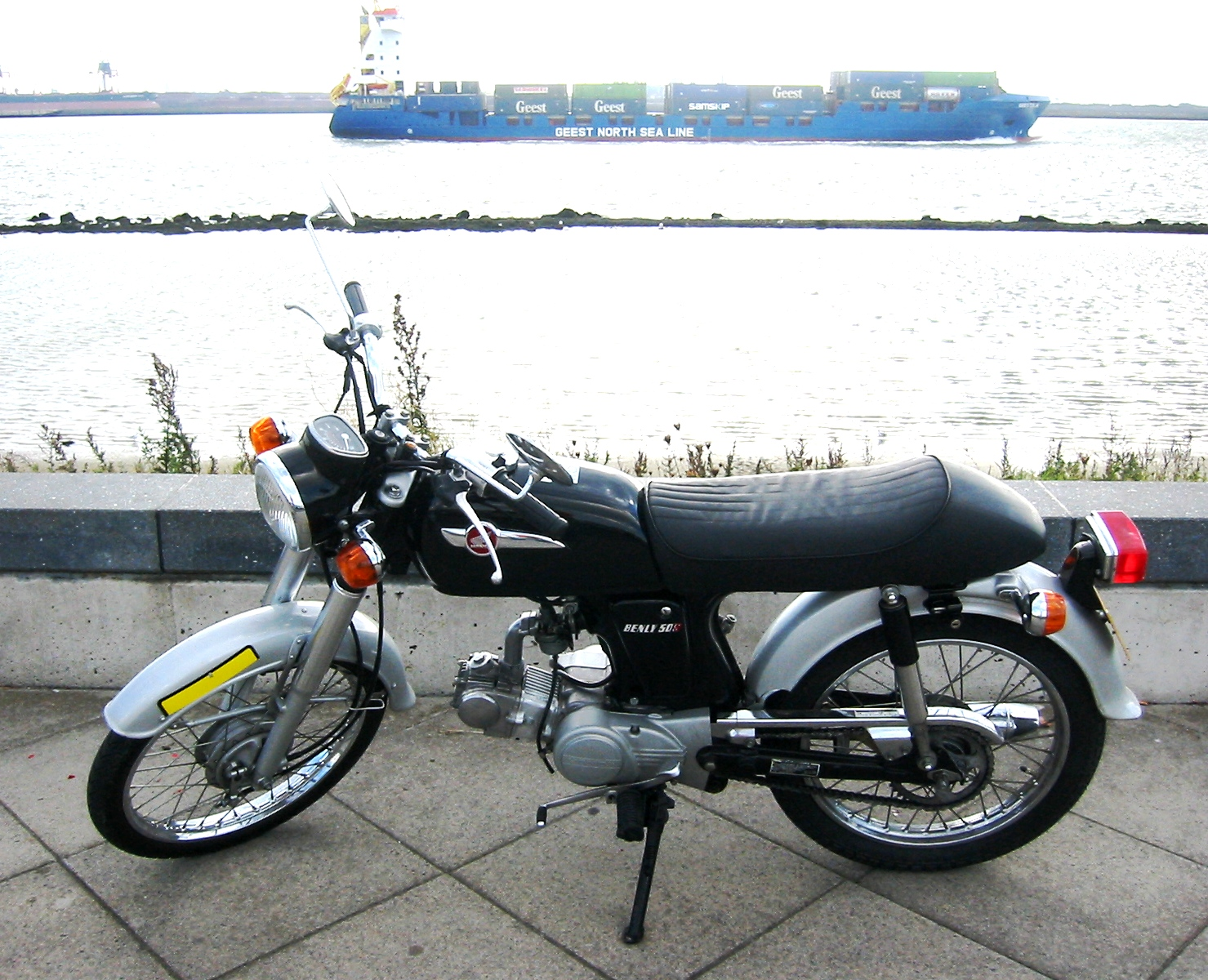 http://upload.wikimedia.org/wikipedia/commons/a/a7/Honda_Benly_50S.jpg