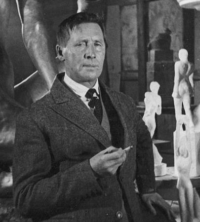 Иван Шадр в своей Московской студии (1930)