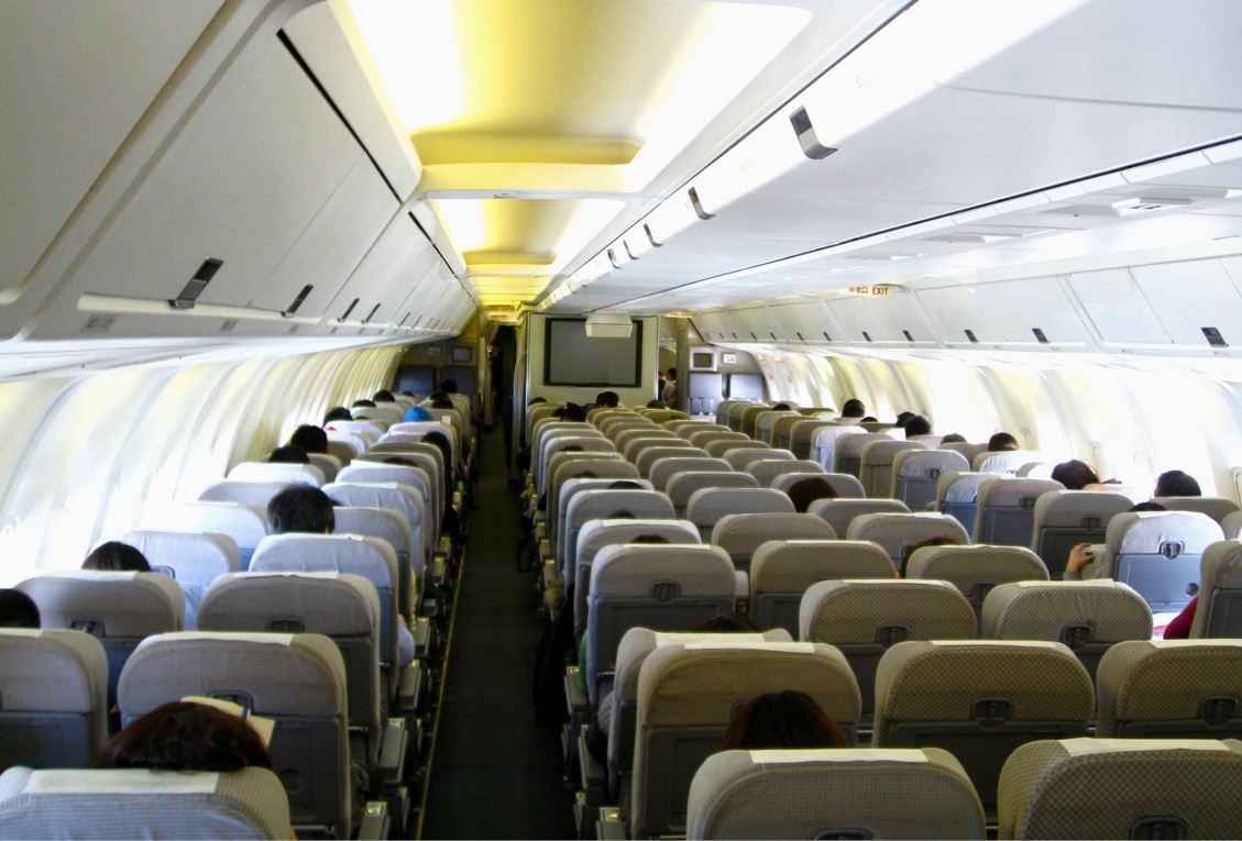 https://upload.wikimedia.org/wikipedia/commons/a/a7/Japan_Airlines_767-300_Economy_cabin.jpg