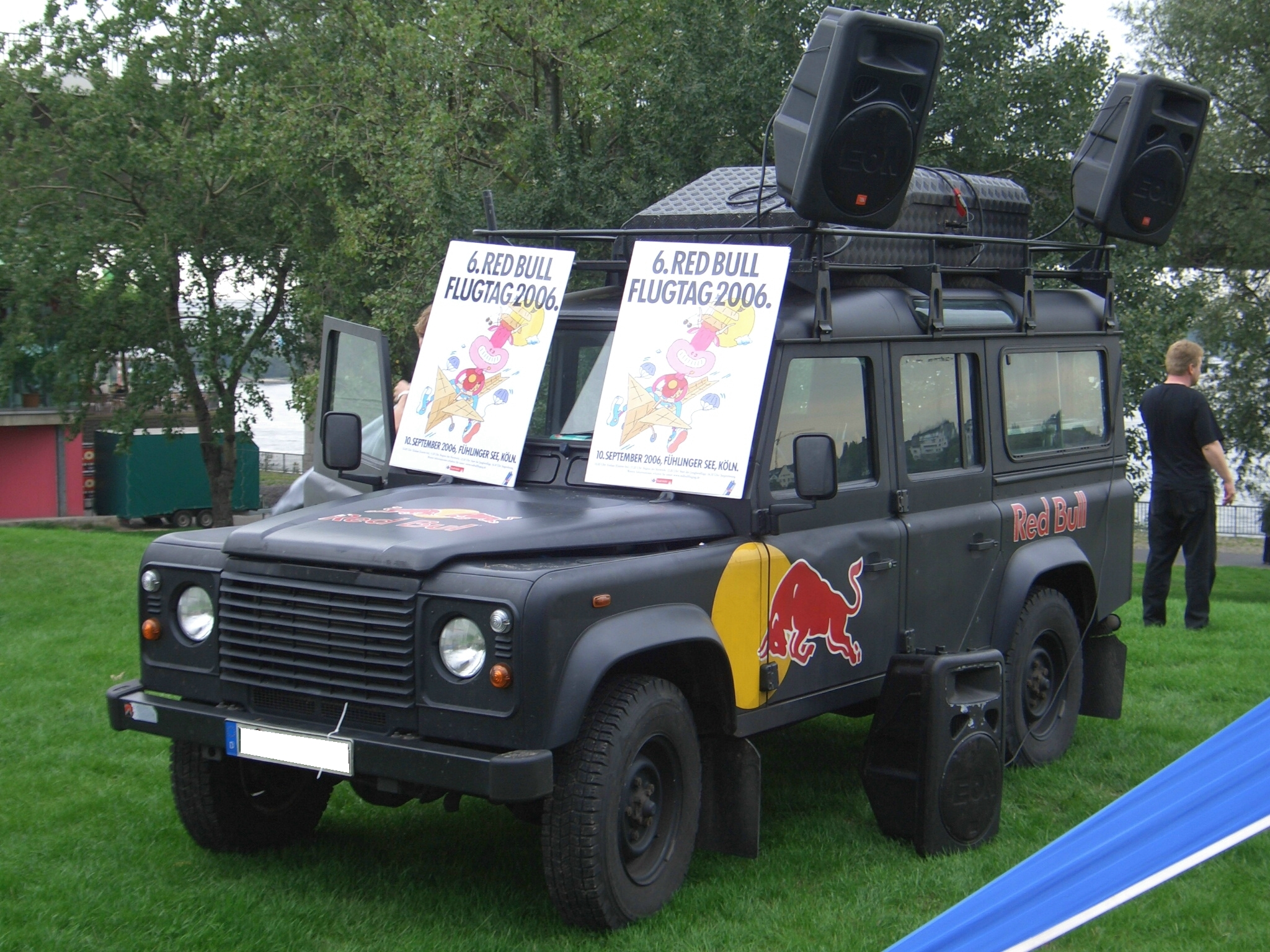 file land rover defender 110 redbull 60 jahre nrw fest duesseldorf frontleft 2006 08 26. Black Bedroom Furniture Sets. Home Design Ideas