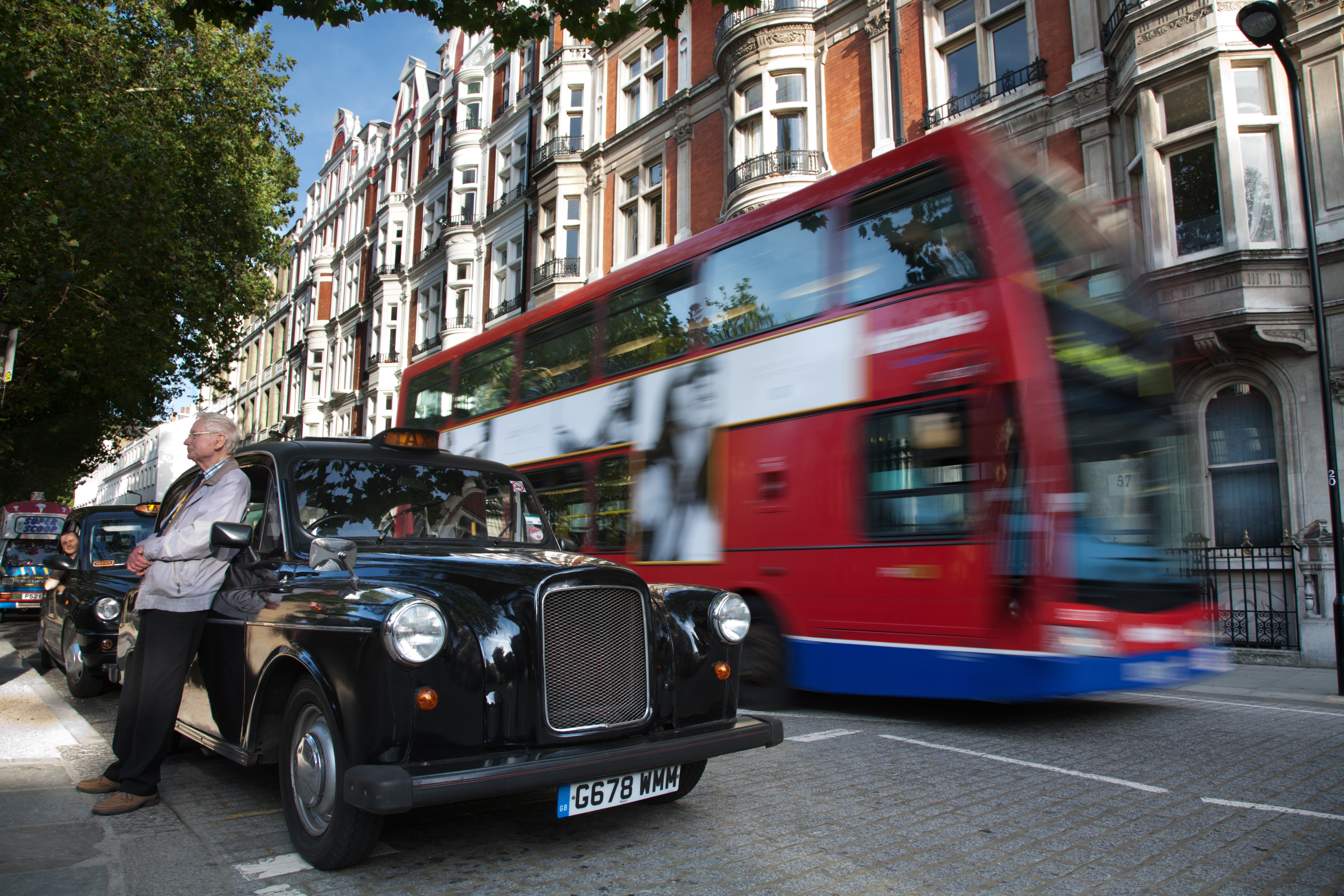 File:London - Cabbie and taxi - 2488.jpg
