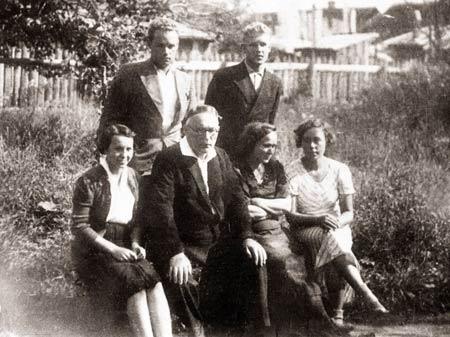 Я. Мавр в семейном окружении: Фёдор, Арсений, Наталья, жена Стефанида Александровна, Александра