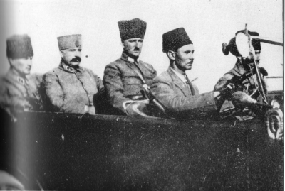 Mustafa Kemal in İzmir, greeting people. Mustafa Kemal and his staff enter Smyrna on 10 September 1922.png