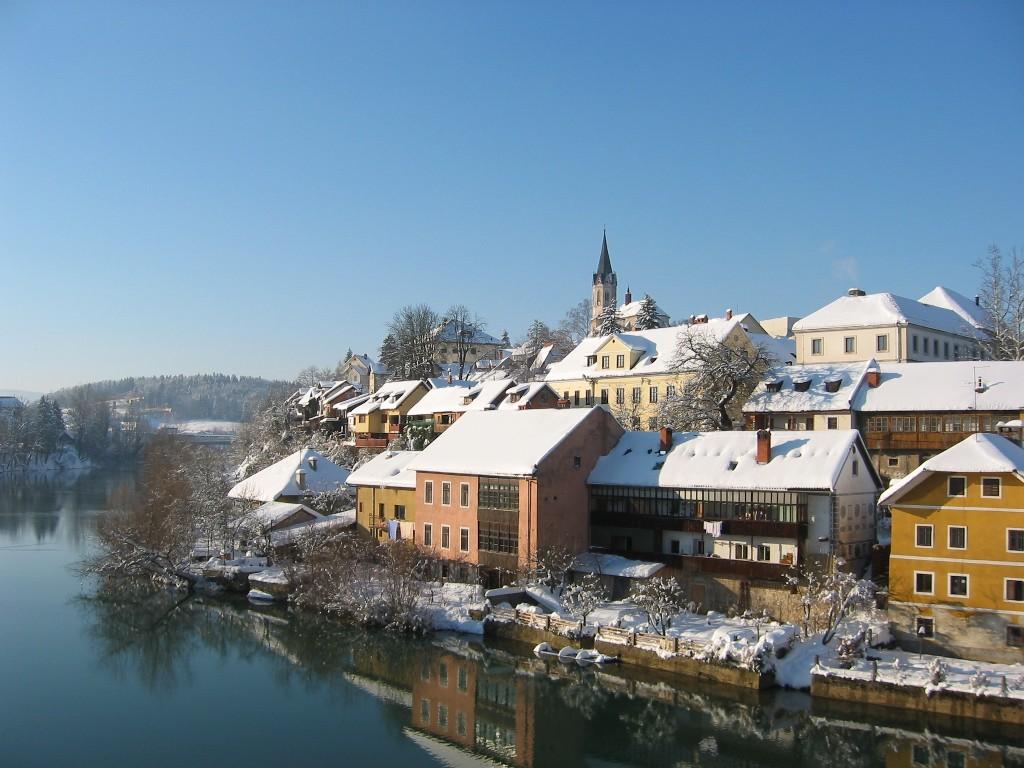Le village de Novo Mesto (Slovénie) en hiver, au bord de la rivière Krka. (définition réelle 1024×768*)