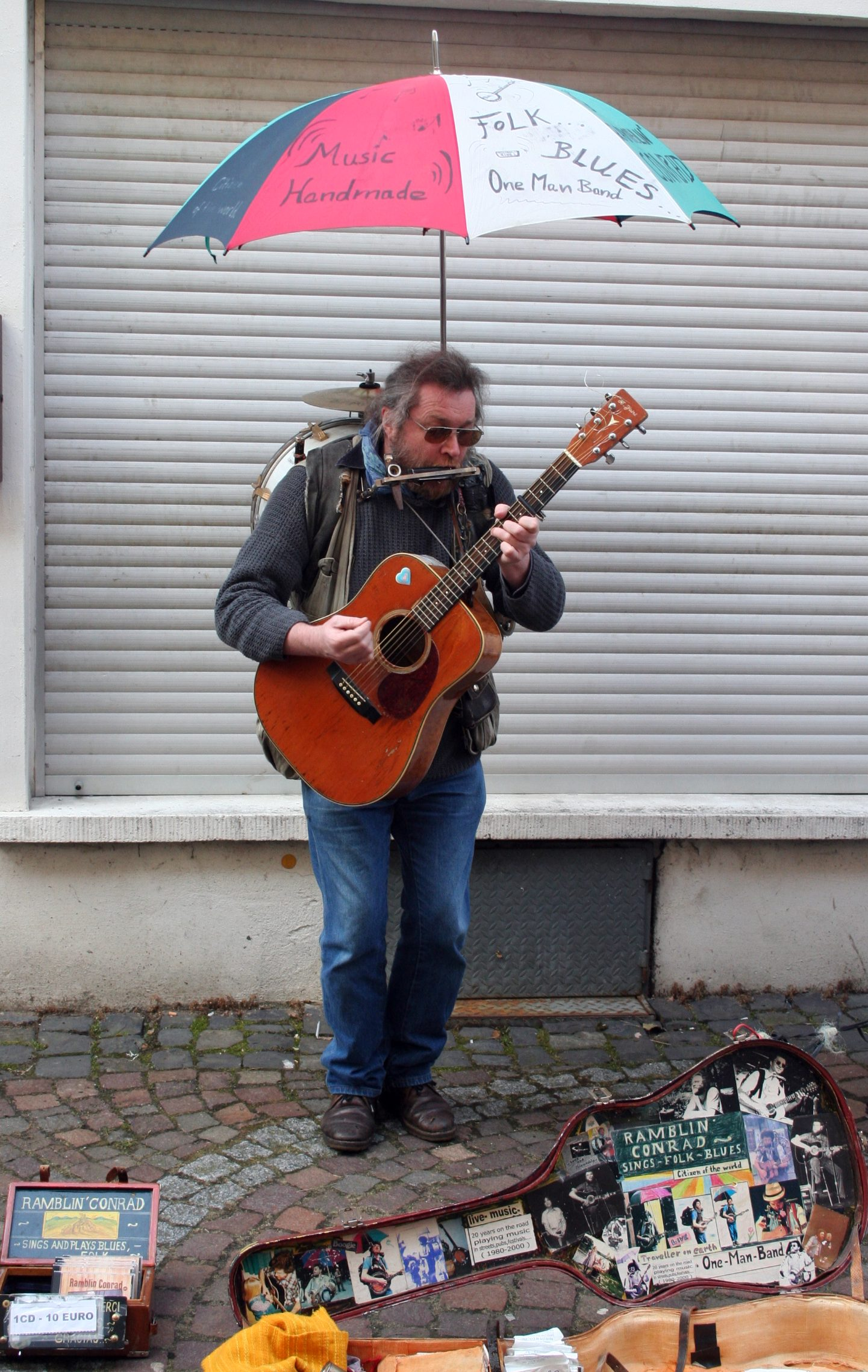 http://upload.wikimedia.org/wikipedia/commons/a/a7/One_man_band.jpg