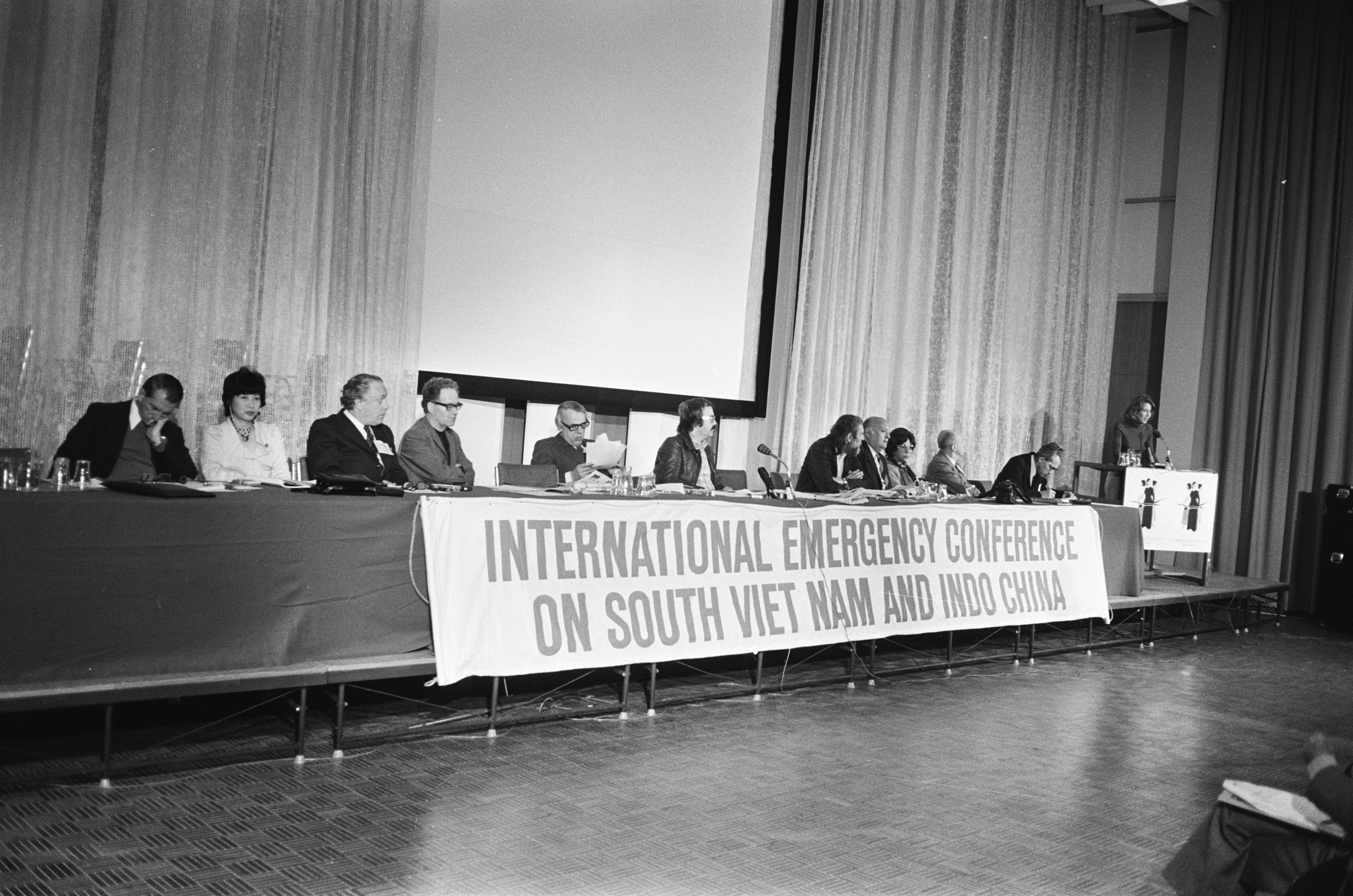 File:Overzicht van deelnemers aan de conferentie met onder