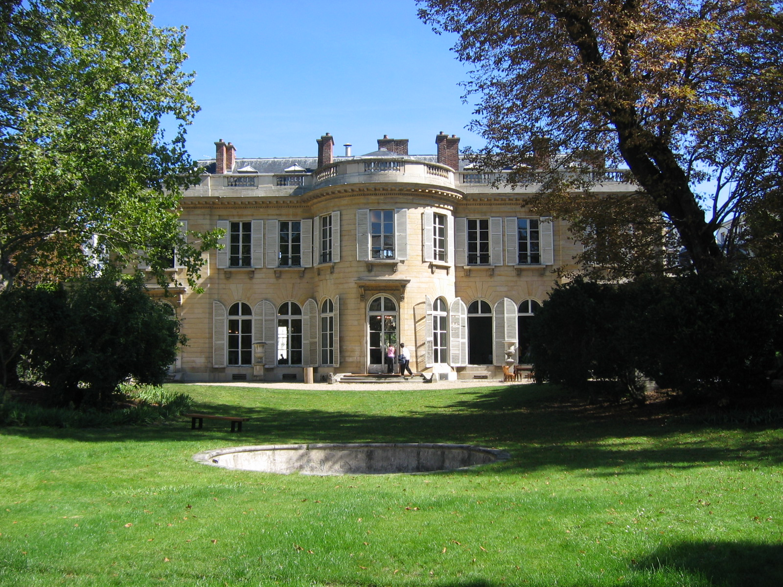 http://upload.wikimedia.org/wikipedia/commons/a/a7/Paris_hotel_bourbon_conde_jardin.jpg