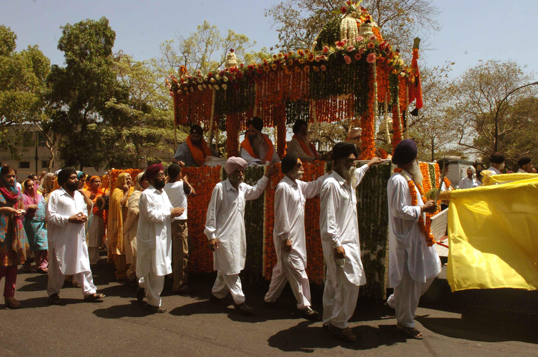 File:People Celebrating Baisakhi festival at Bangla Saheb Gurdwara, in New  Delhi on April 14, 2006.jpg - Wikimedia Commons