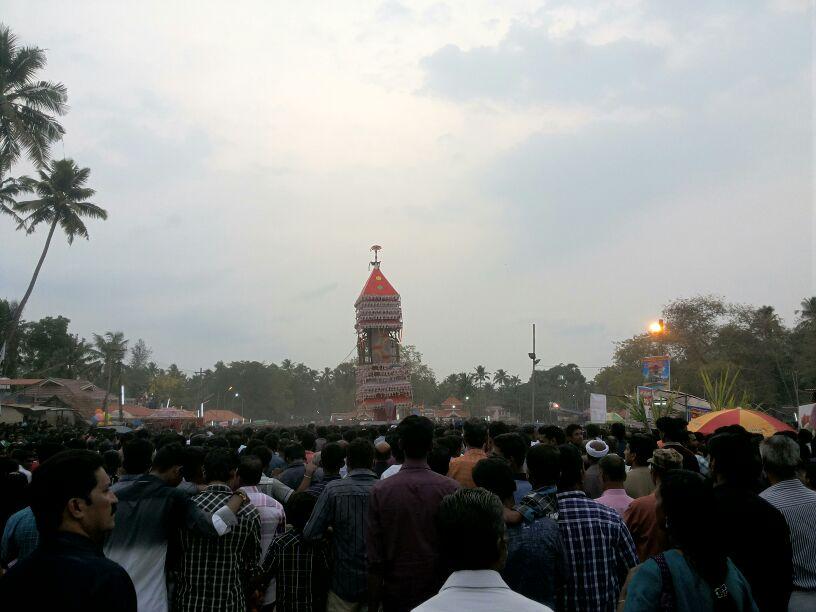 Der Puttingal Devi Tempel in Kerala ist auch für seine Feuerwerke berühmt. (Quelle: Arunvrparavur via Wikimedia Commons unter CC-BY-SA 3.0 Lizenz)
