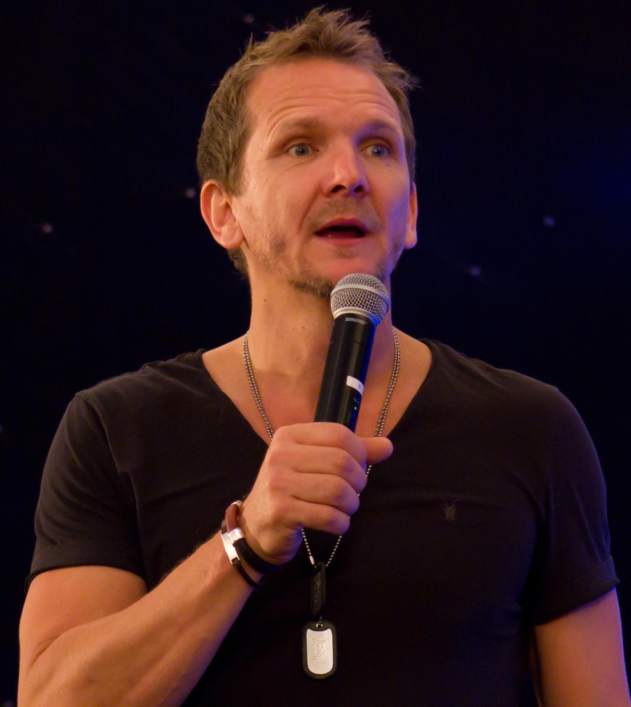 Il 54-anni, 180 cm alto Sebastian Roché in 2018 photo