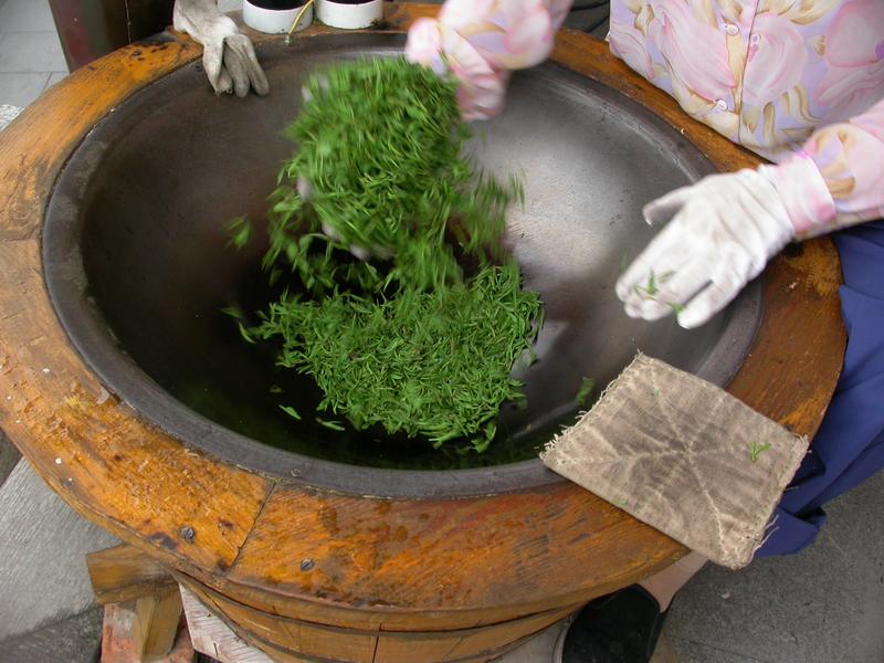 Suszenie herbaty Longjing [wikipedia]