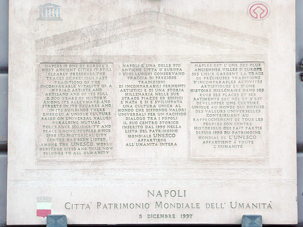Targa commemorativa dell'UNESCO che illustra la motivazione con la quale il centro storico di Napoli è stato proclamato Patrimonio dell'Umanità