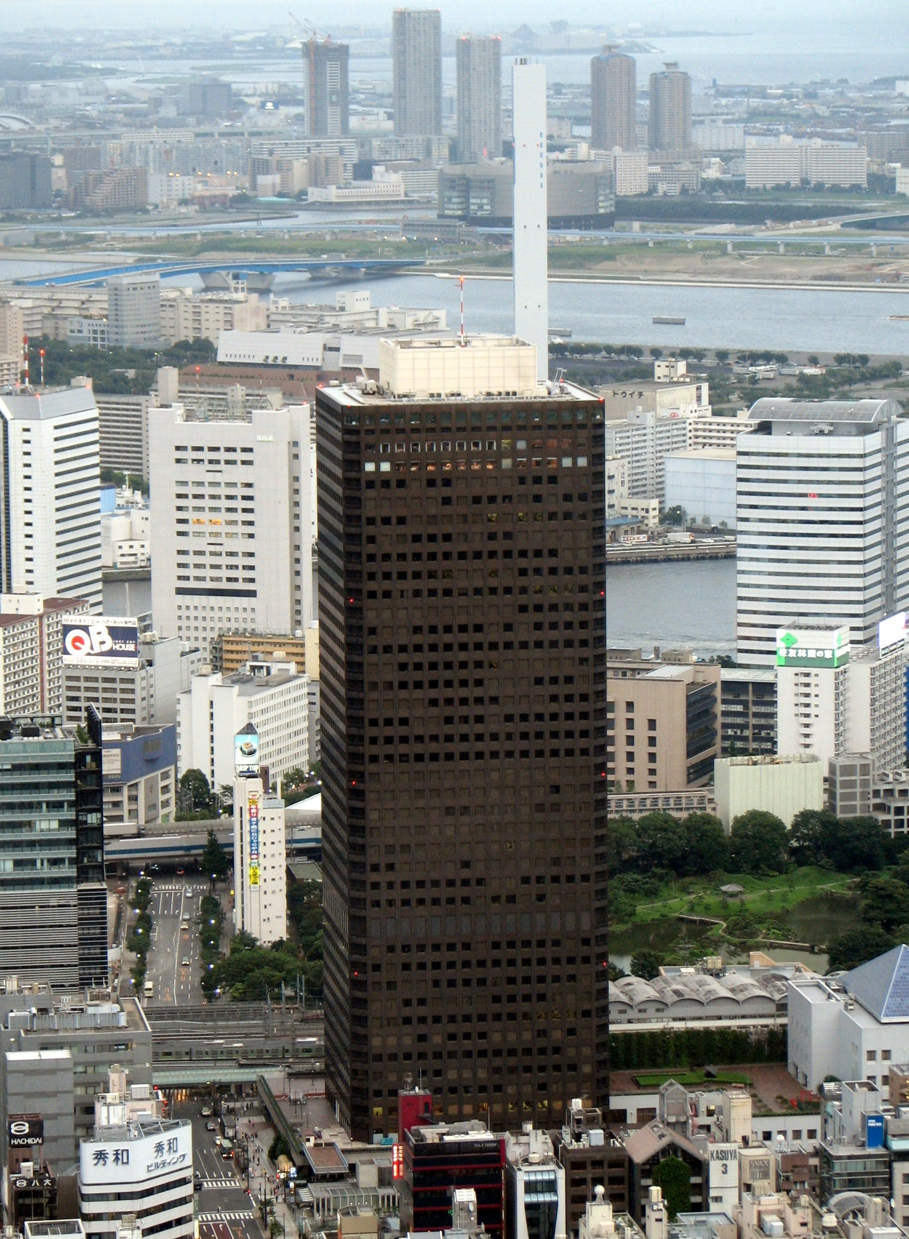 http://upload.wikimedia.org/wikipedia/commons/a/a7/Tokyo_World_Trade_Center_from_Tokyo_Tower.jpg