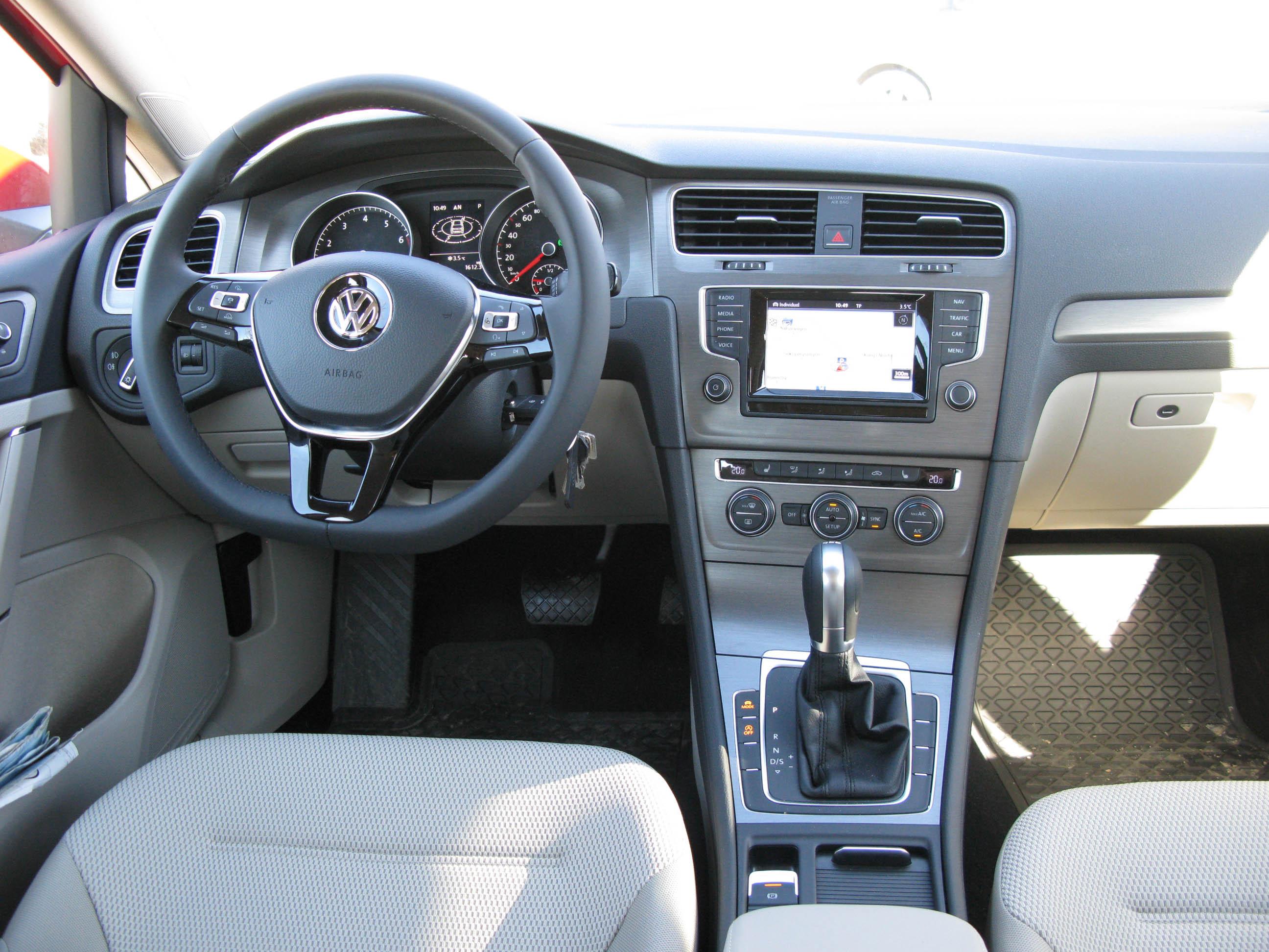 Plik:VW Golf 7 dash.jpg