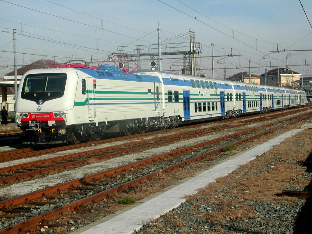 Dicembre 2005: il treno Vivalto n.4 in uscita dalla stazione di Santhià, diretto a Roma per l'entrata in servizio. Il treno è composto da una E.464, da 5 carrozze di cui una semipilota