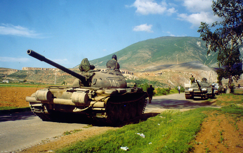 Skeda:Albanian army deploys T-59 tanks near Kosovo border, May 1999 (Robert Wright).jpg