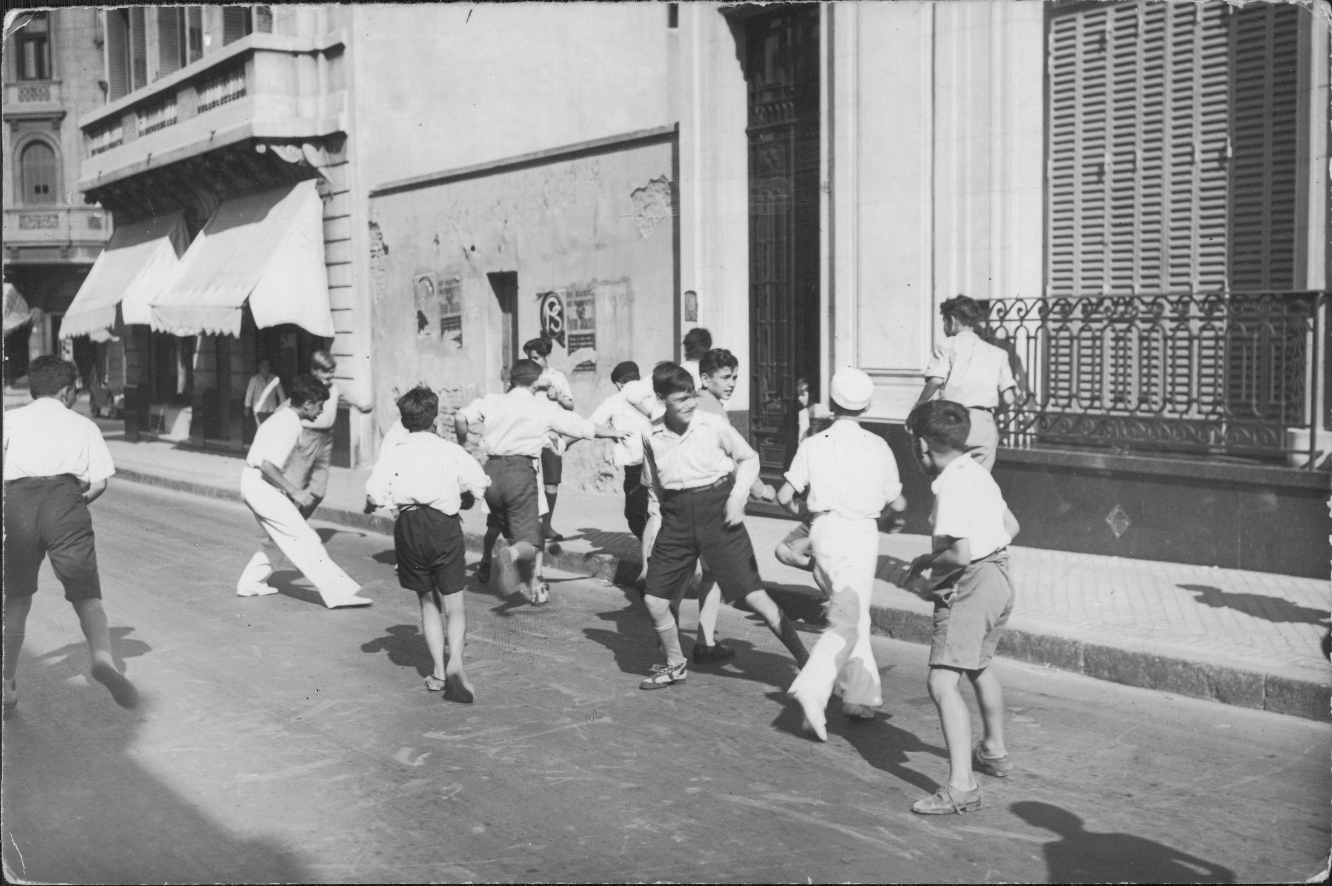 File Buenos Aires Ninos Jugando Al Futbol En La Calle Jpg