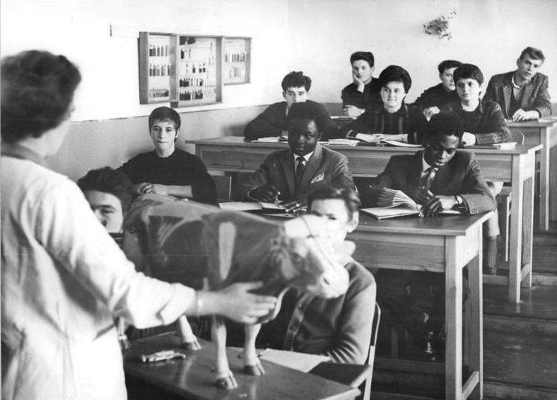 File:Bundesarchiv Bild 183-A1101-0005-001, Blick in eine Berufsschulklasse.jpg