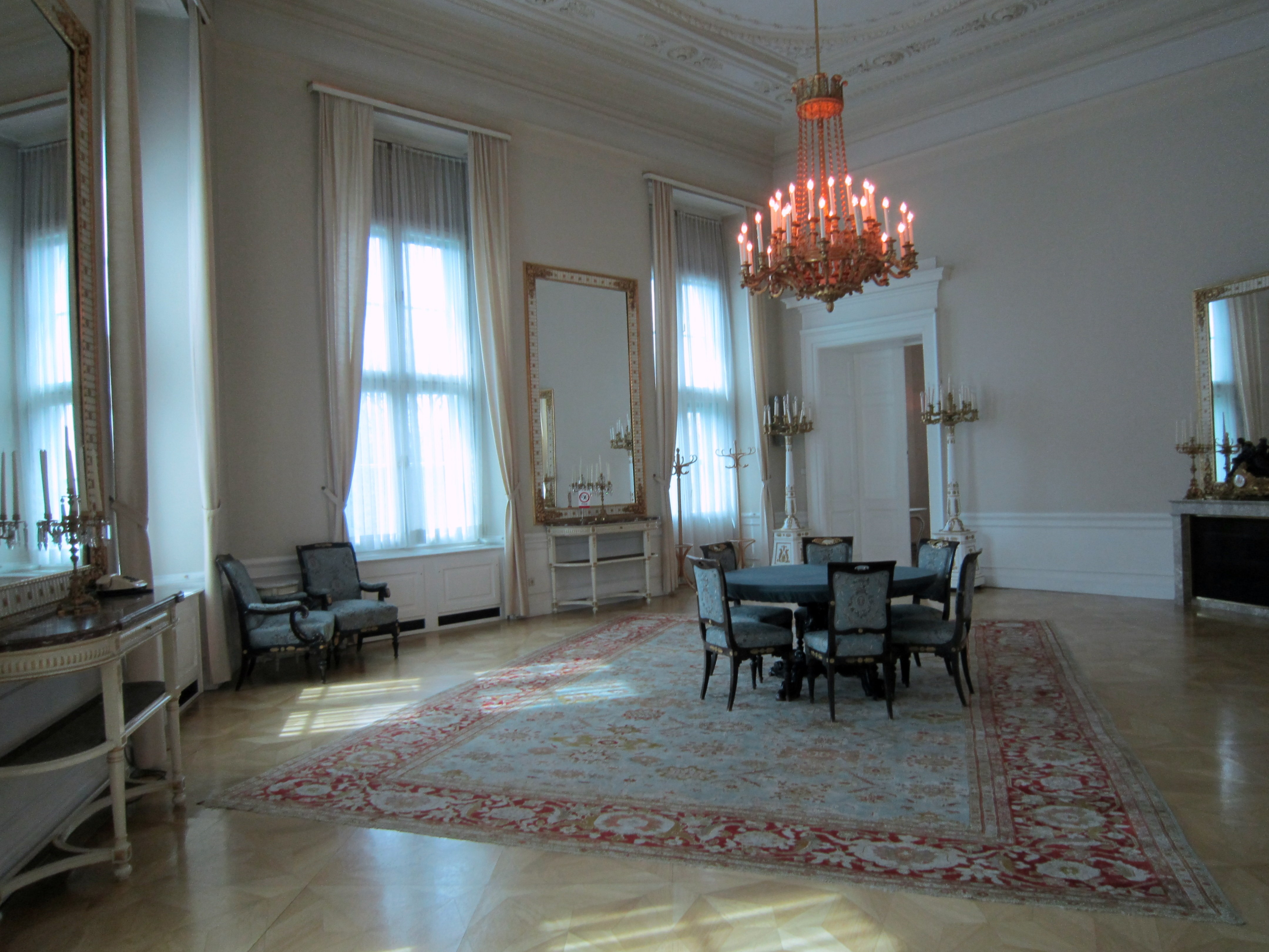File:Bundeskanzleramt - Zimmer.JPG - Wikimedia Commons