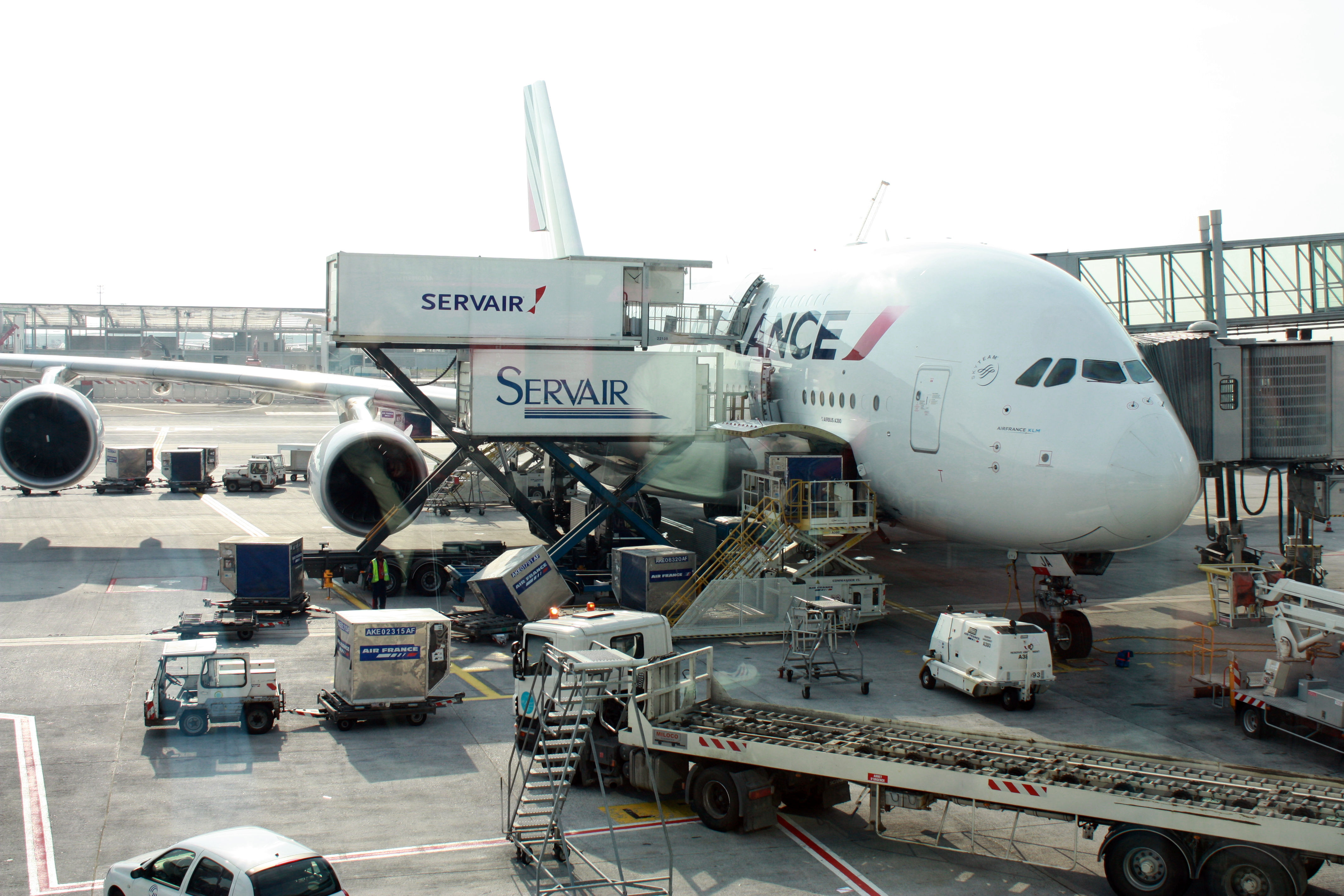 http://upload.wikimedia.org/wikipedia/commons/a/a8/Catering_A380_Air_France_F-HPJC_-_CDG_-_2.jpg