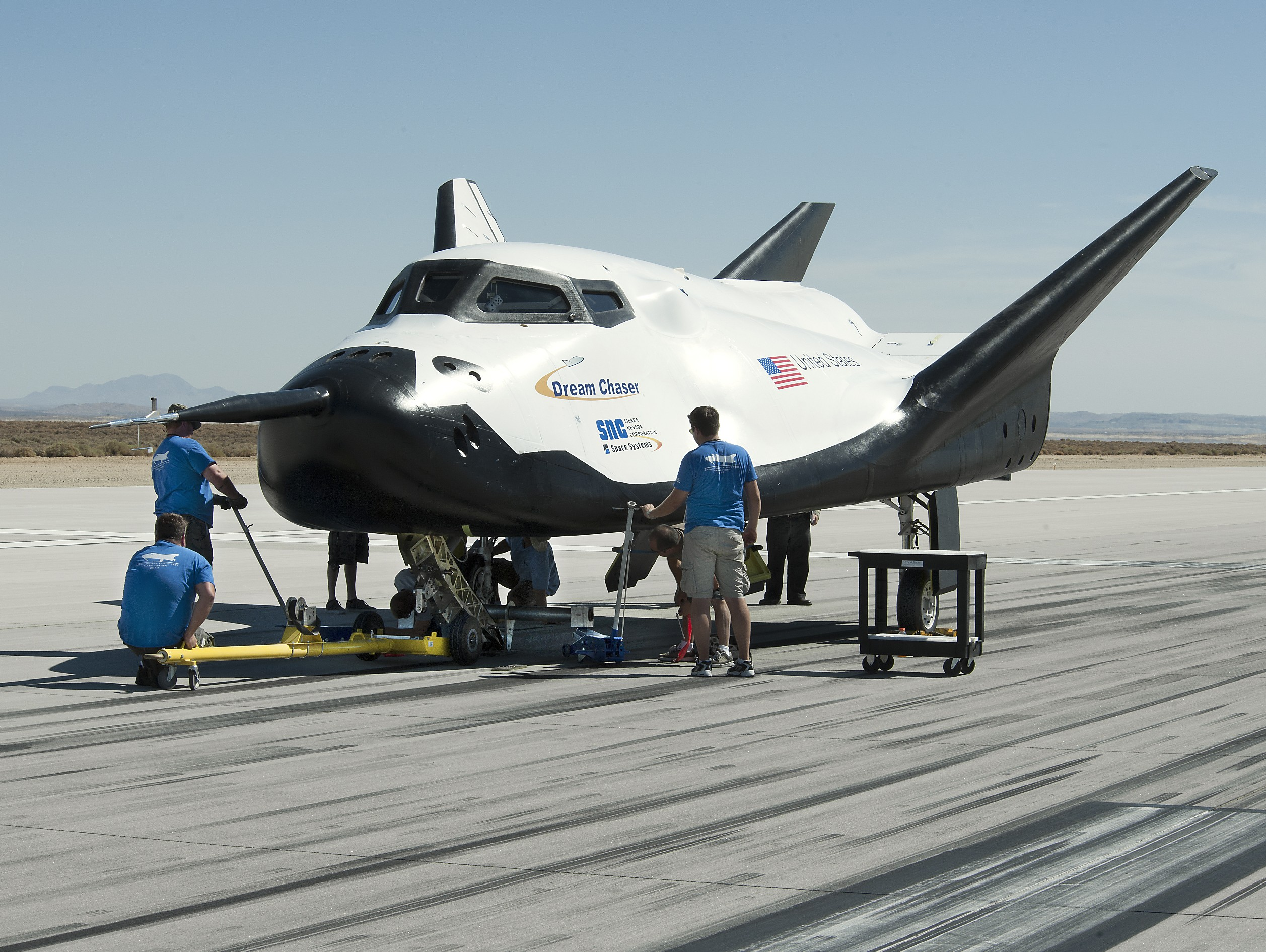 https://upload.wikimedia.org/wikipedia/commons/a/a8/Dream_Chaser_pre-drop_tests.7.jpg