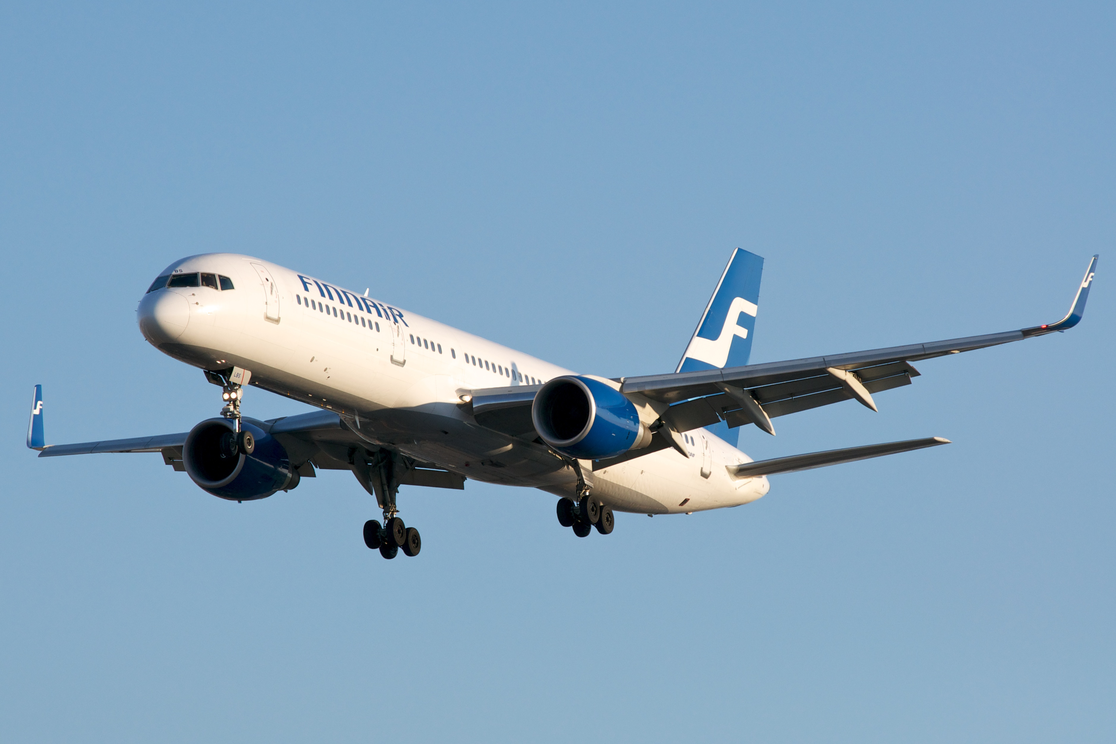 http://upload.wikimedia.org/wikipedia/commons/a/a8/Finnair_B757-200_OH-LBS_at_CYYZ_20110605.jpg