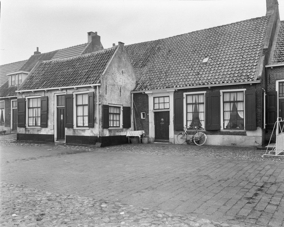 Huis van parterre en hoog dak tussen topgevels in elburg monument - Tussen huis ...