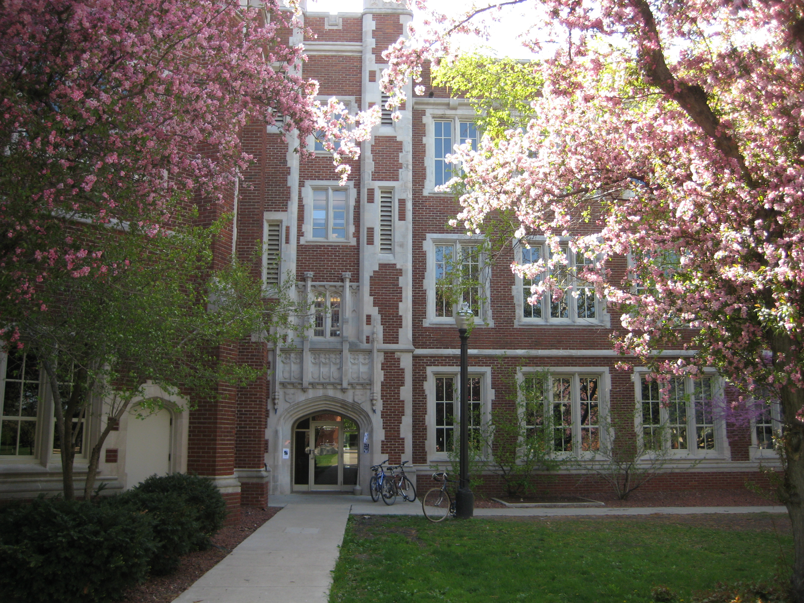 http://upload.wikimedia.org/wikipedia/commons/a/a8/Grinnell_College_ARH_Spring.JPG