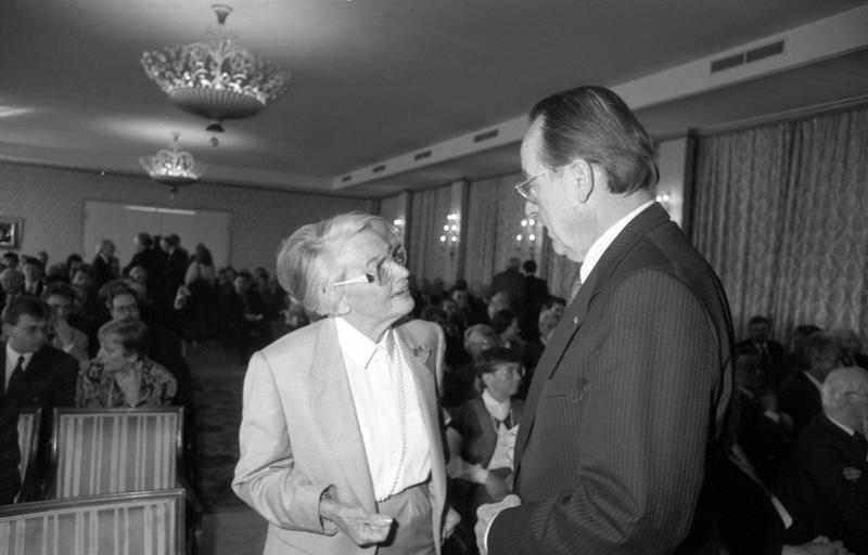 Elisabeth Noelle-Neumann and [[Otto Schlecht]] at the [[Ludwig Erhard]]-foundation in 1991