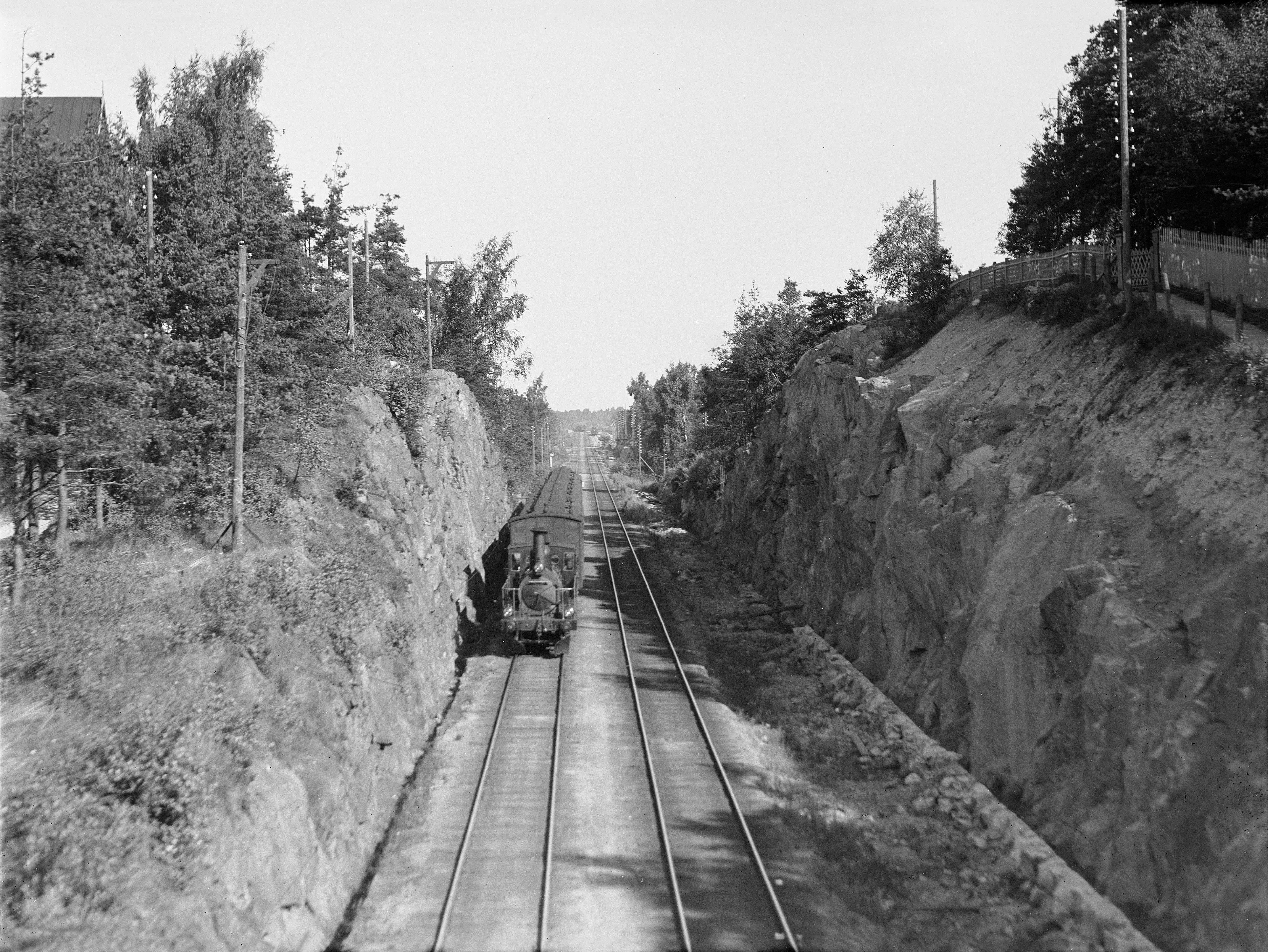 Trem chegando a Helsinki pela via de Linnunlaulu [c. 1908]