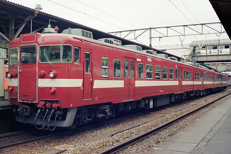 https://upload.wikimedia.org/wikipedia/commons/a/a8/JNR_413-3_toyama.jpg