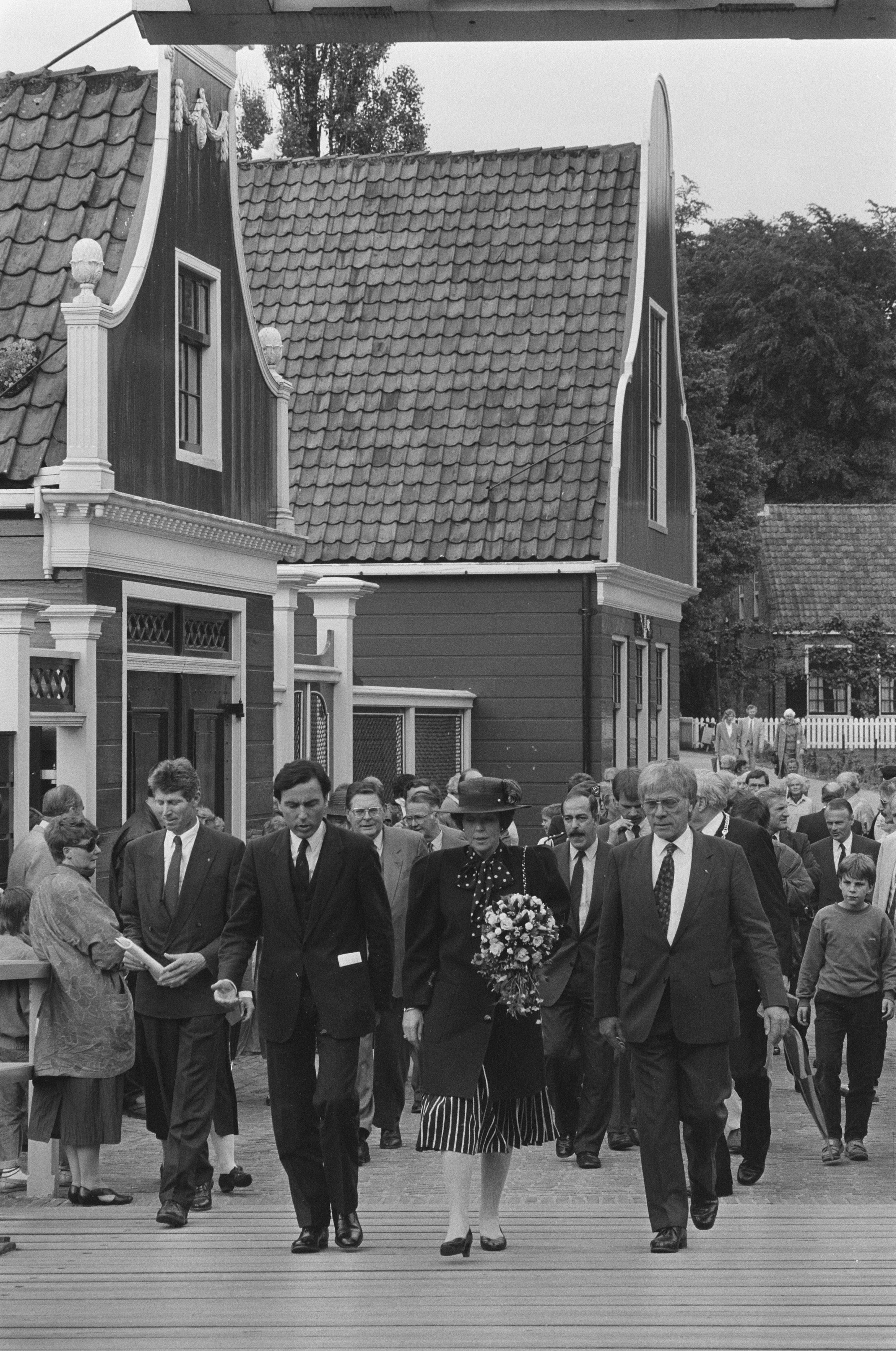 koningin beatrix is jarig op File:Koningin Beatrix (m) bezoekt Openluchtmuseum in Arnhem bij 75  koningin beatrix is jarig op