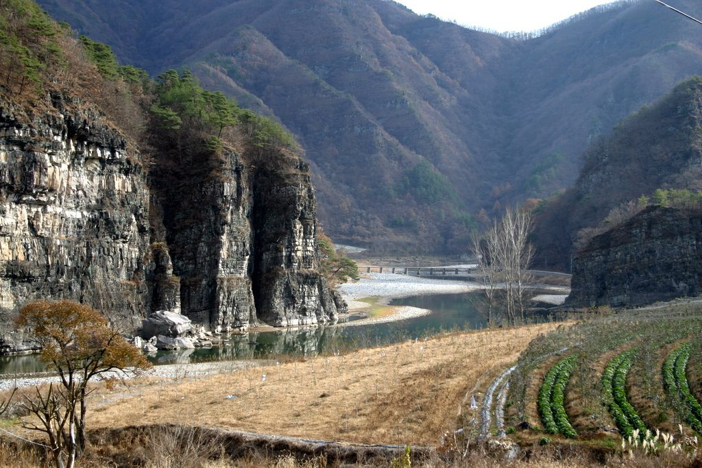 Korea-Andong-Gasong Village-Cliff and Nakdong River-01.jpg