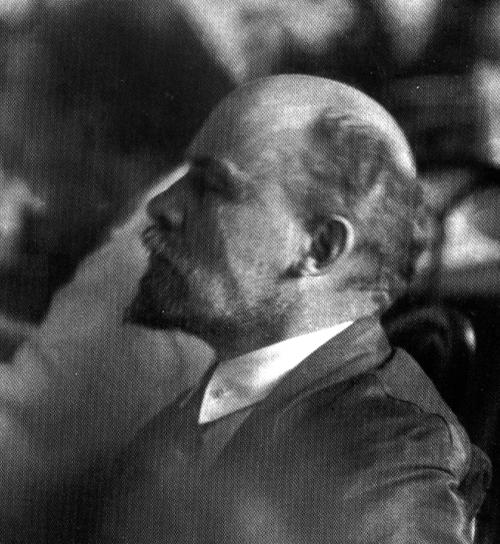 Fichier:Lenin's half face.jpg