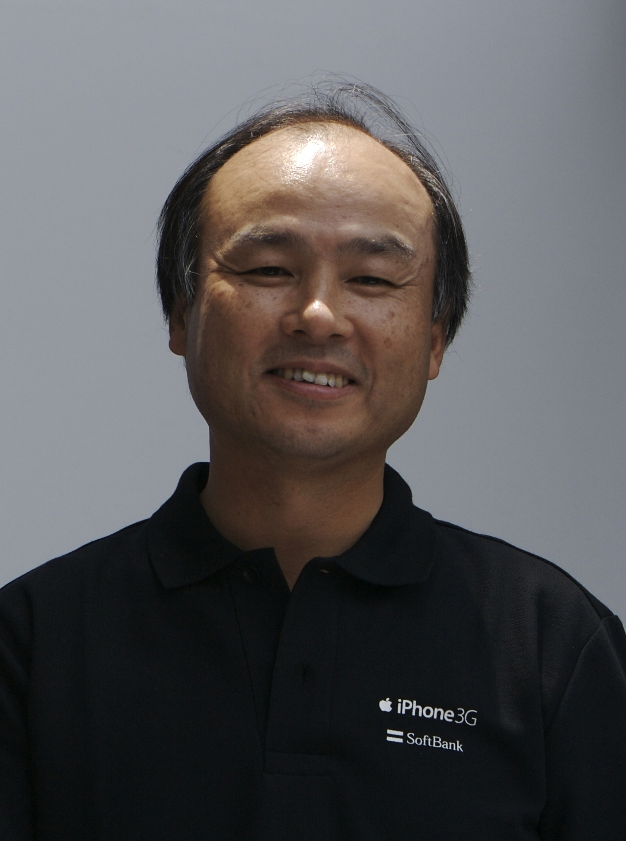 https://upload.wikimedia.org/wikipedia/commons/a/a8/Masayoshi_Son_%28%E5%AD%AB%E6%AD%A3%E7%BE%A9%29_on_July_11%2C_2008.jpg