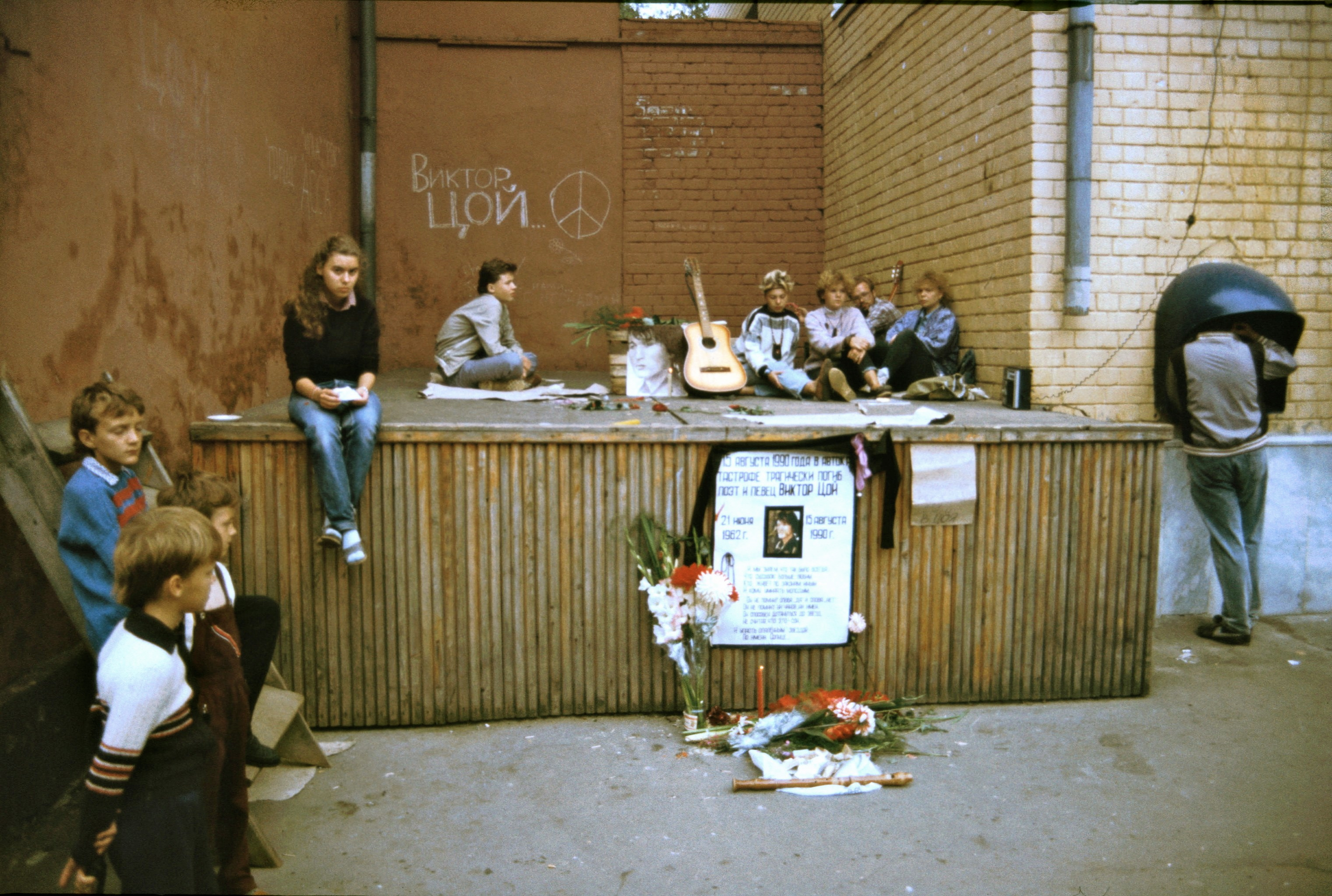 Fans mourning the death of musician Viktor Tsoi, founder of the influential Soviet rock group Kino, Leningrad, 1990 [3041x2046]