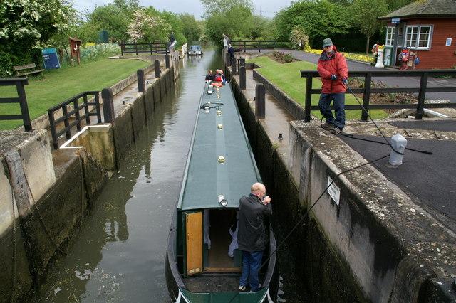 Narrowboat in Rushey Lock - geograph.org.uk - 911419