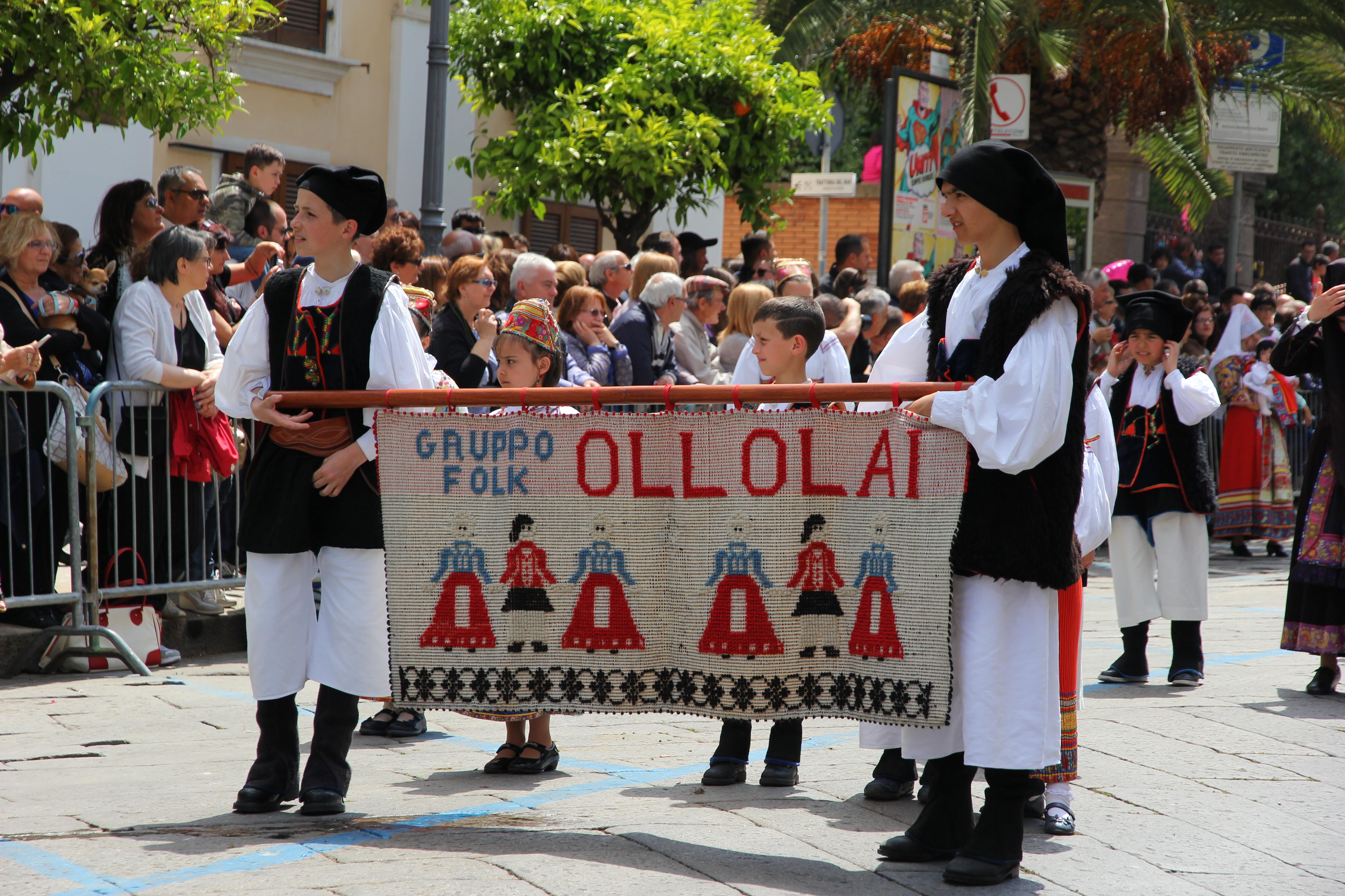 Ollolai optocht in klederdracht