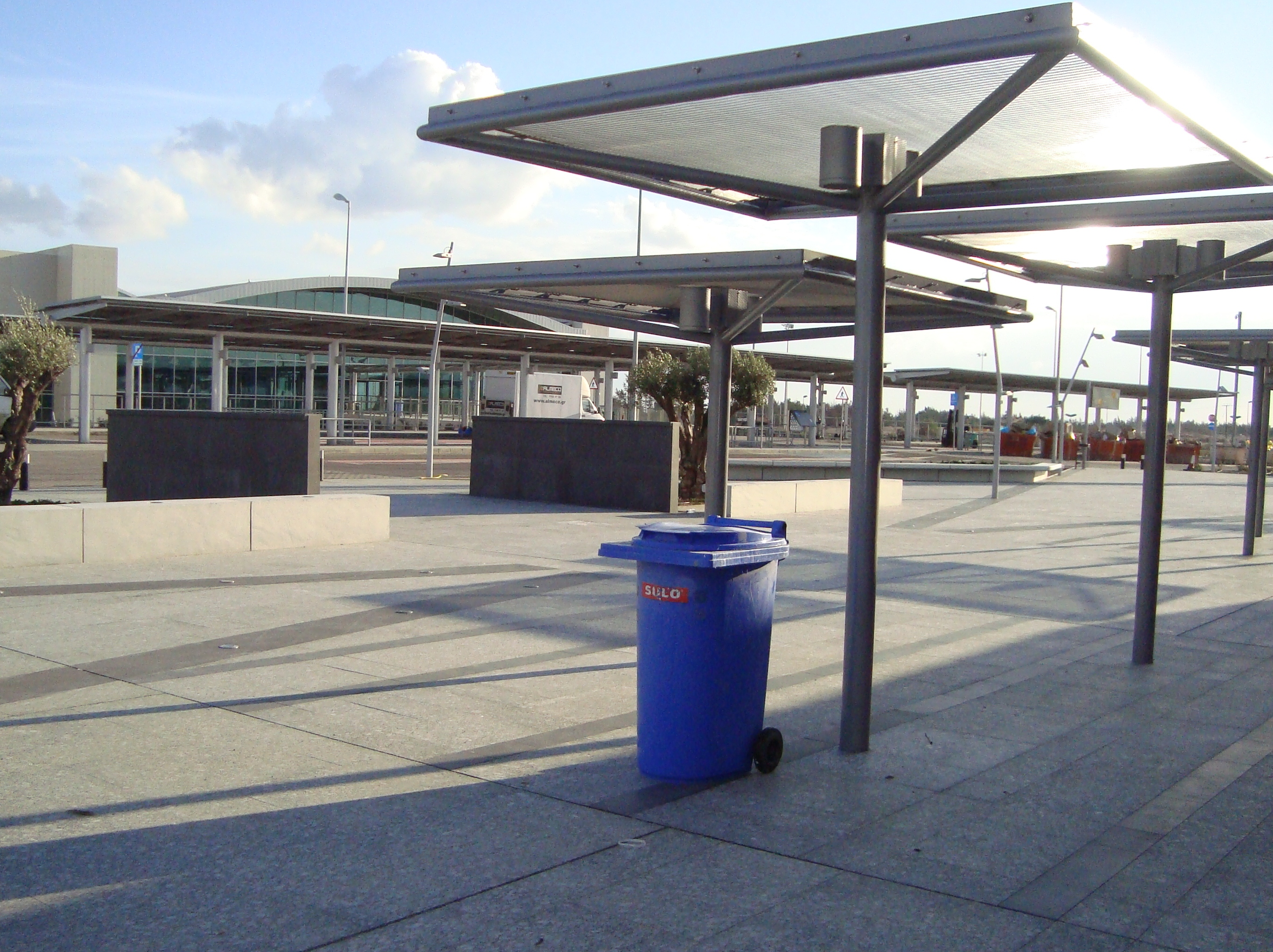 File:Outside smoking area at Larnaca International Airport