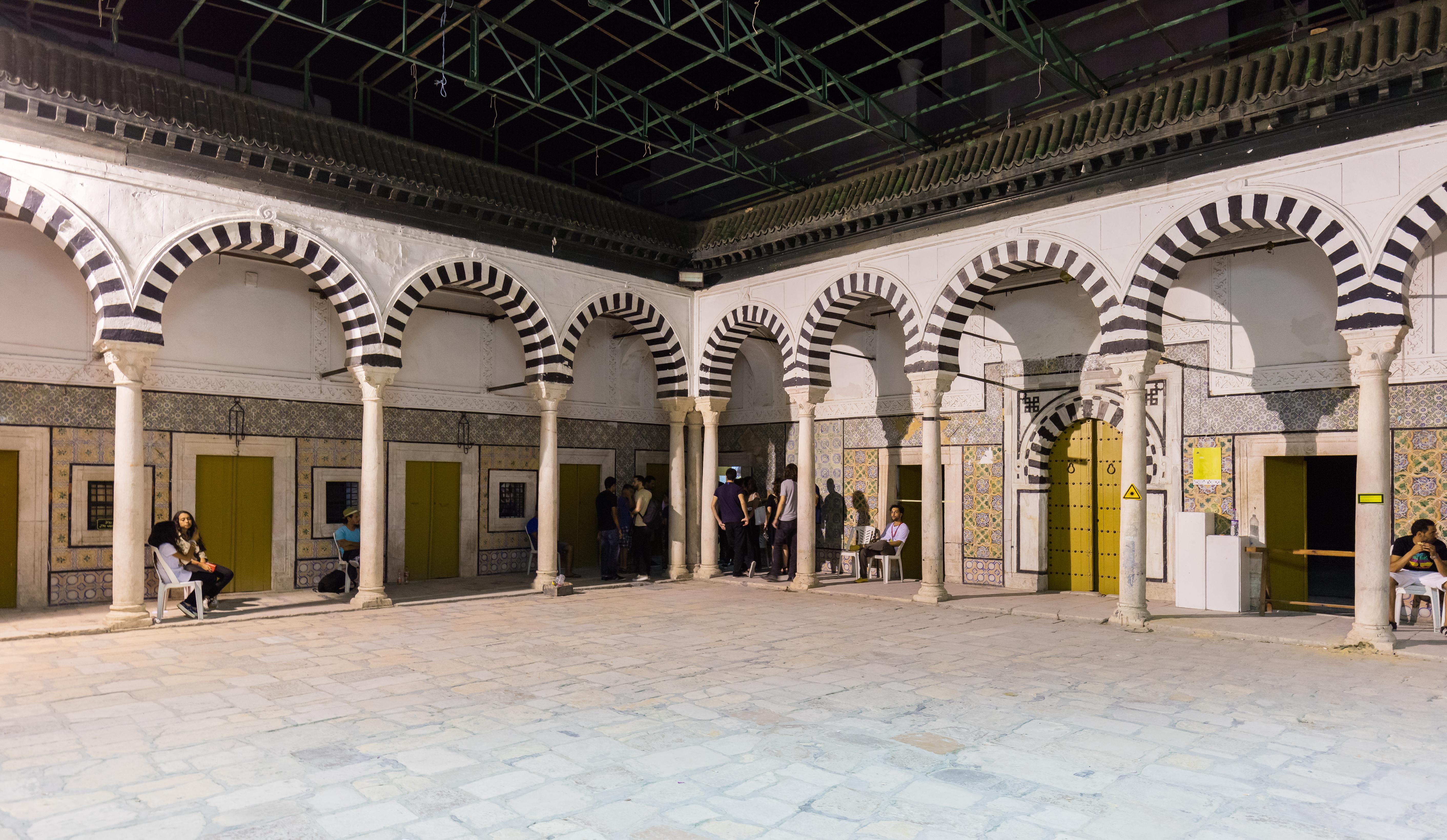 File Patio de la madrasa de Bir Lahjar Medina de Tºnez Tºnez