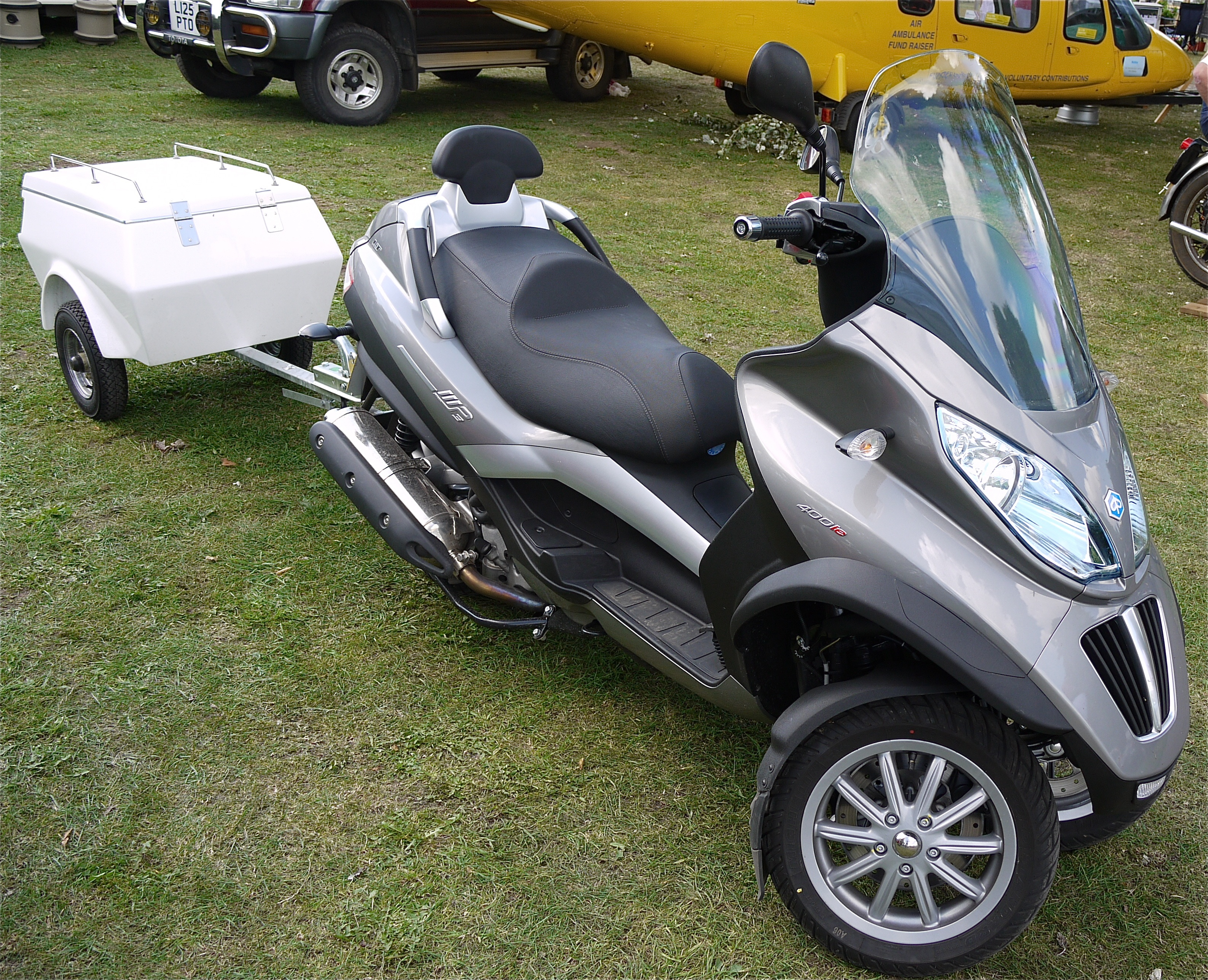 file:piaggio mp3 lt 400 3 wheel scooter - trailer - flickr - mick