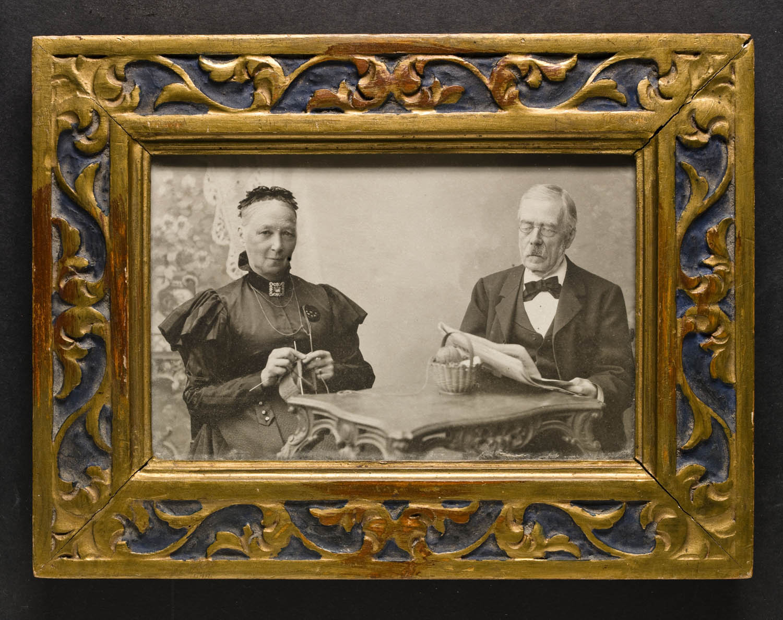 9548982129e4 File:Porträtt av äldre man och kvinna sittande vid bord - Nordiska Museet -  NMA