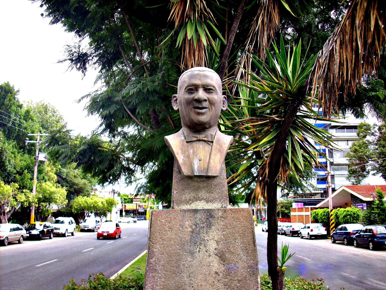 busto de Rafael Hernández Marín en la Avenida Próceres